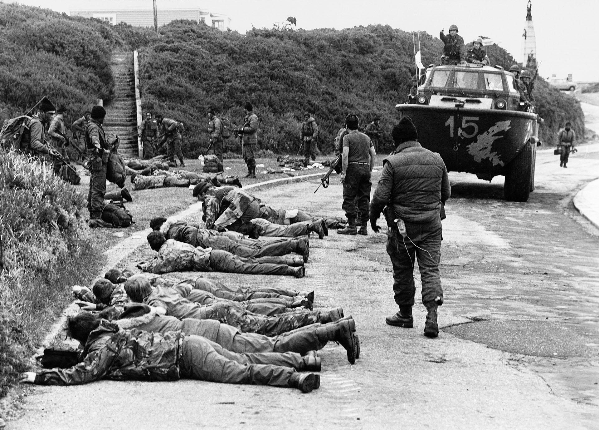 Se concretó la Operación Rosario. El 2 de abril las tropas argentinas recuperaron las islas Malvinas. Los soldados ingleses son requisados y mantenidos cuerpo a tierra.Esta fue una de lasimagen que socavaron el orgullo británico (Foto: Rafael Wollmann).