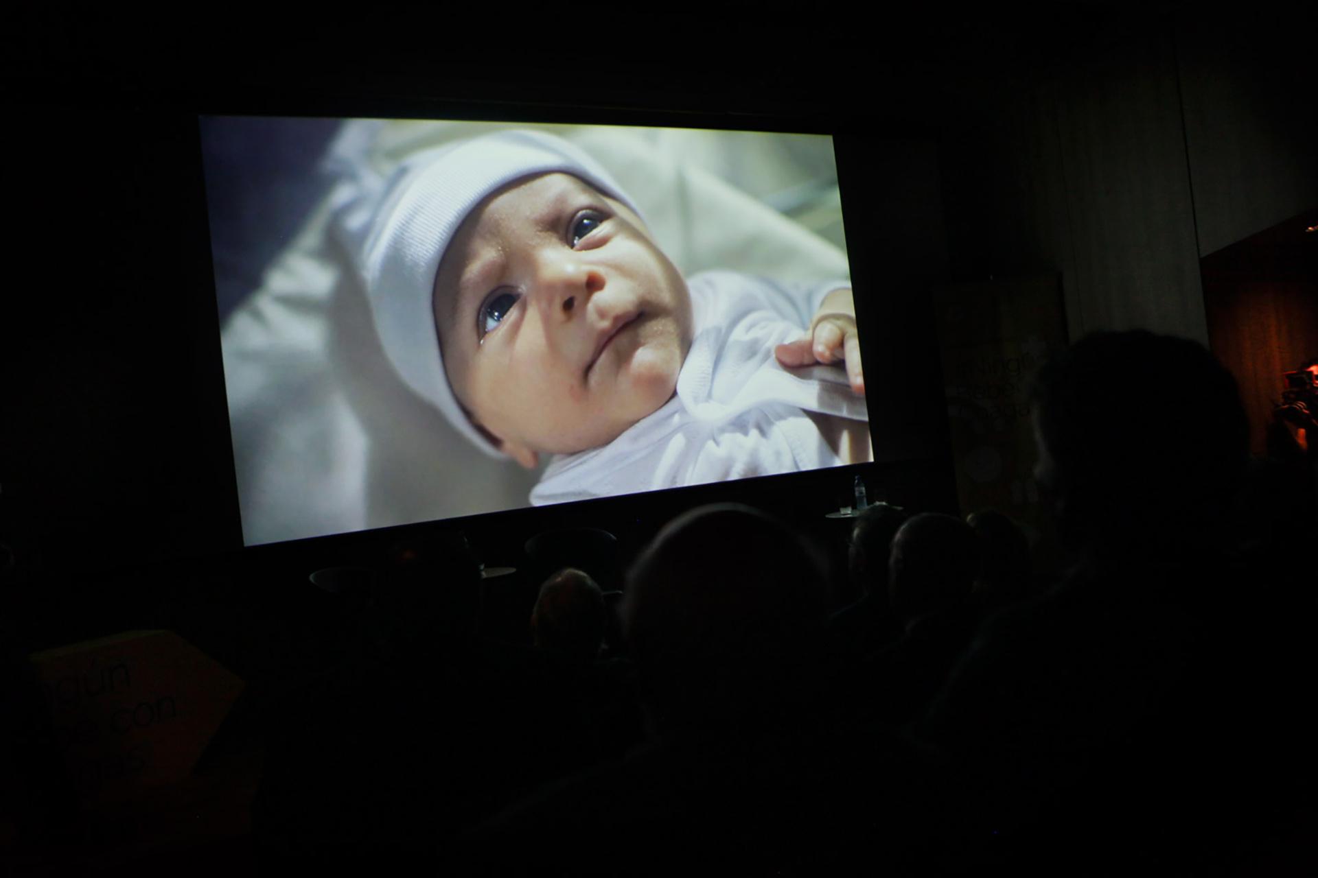 Reproducción del video #NingúnBebéconChagas durante el lanzamiento de la campaña