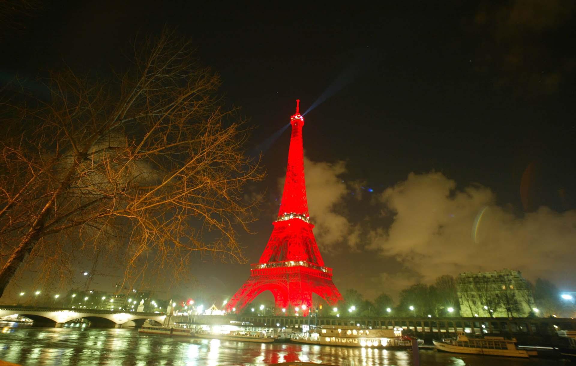 La torre, de rojo, para honrar la celebración del año nuevo chino.