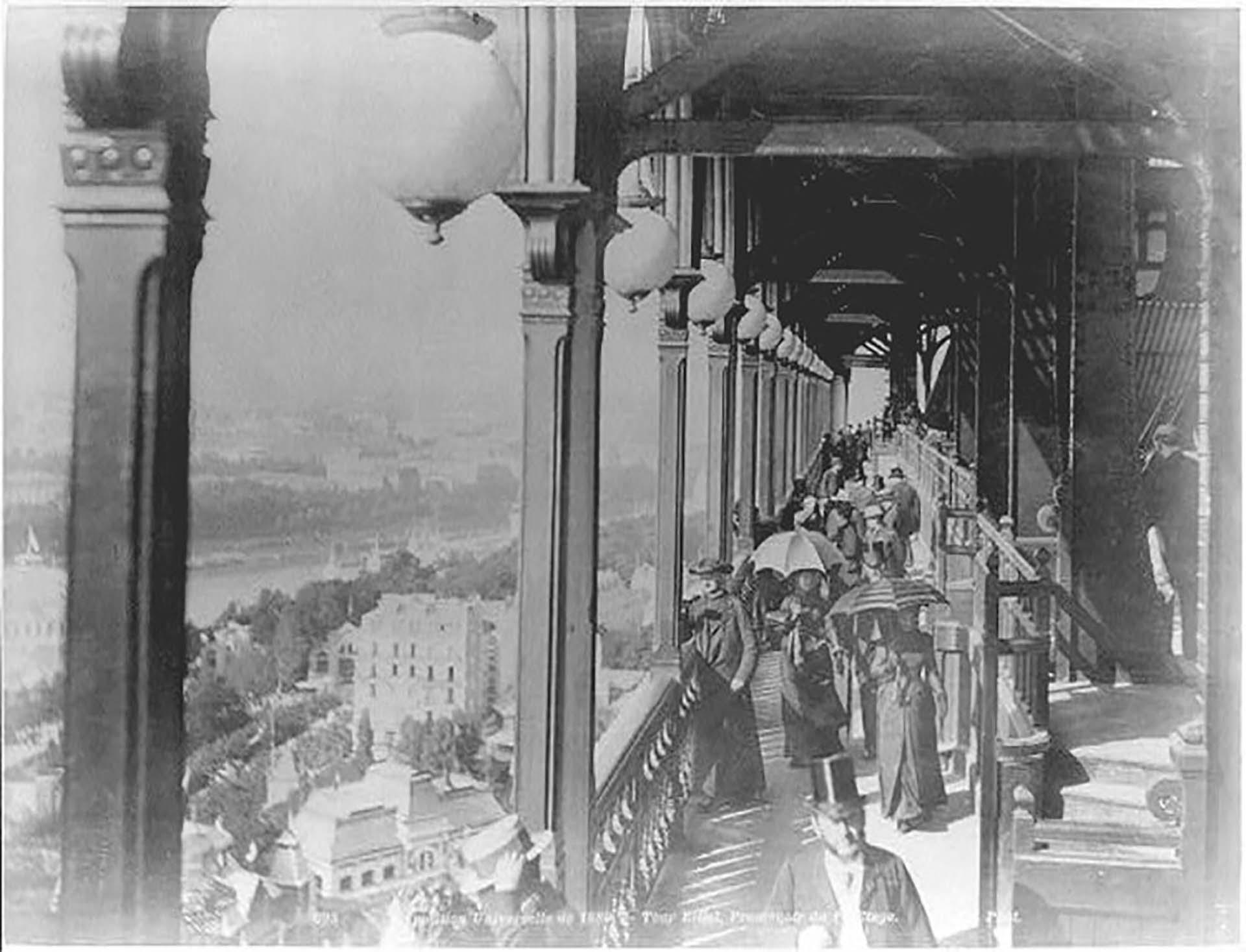 Los visitantes de los primeros años, asomados al balcón del primer pido de la torre.