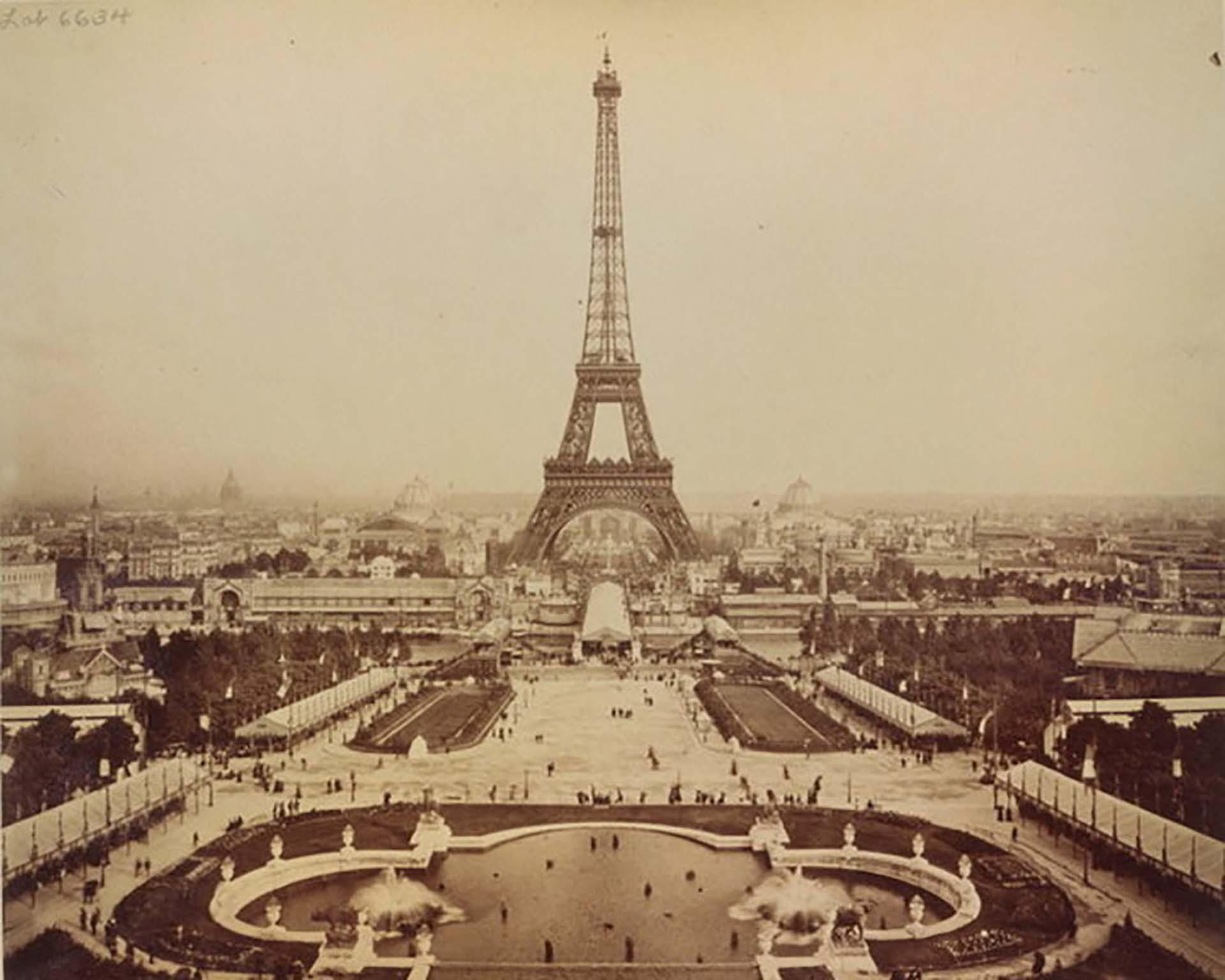 La torre fue completada en 2 años, 2 meses y 5 días por 250 obreros e inaugurada el 31 de marzo de 1889