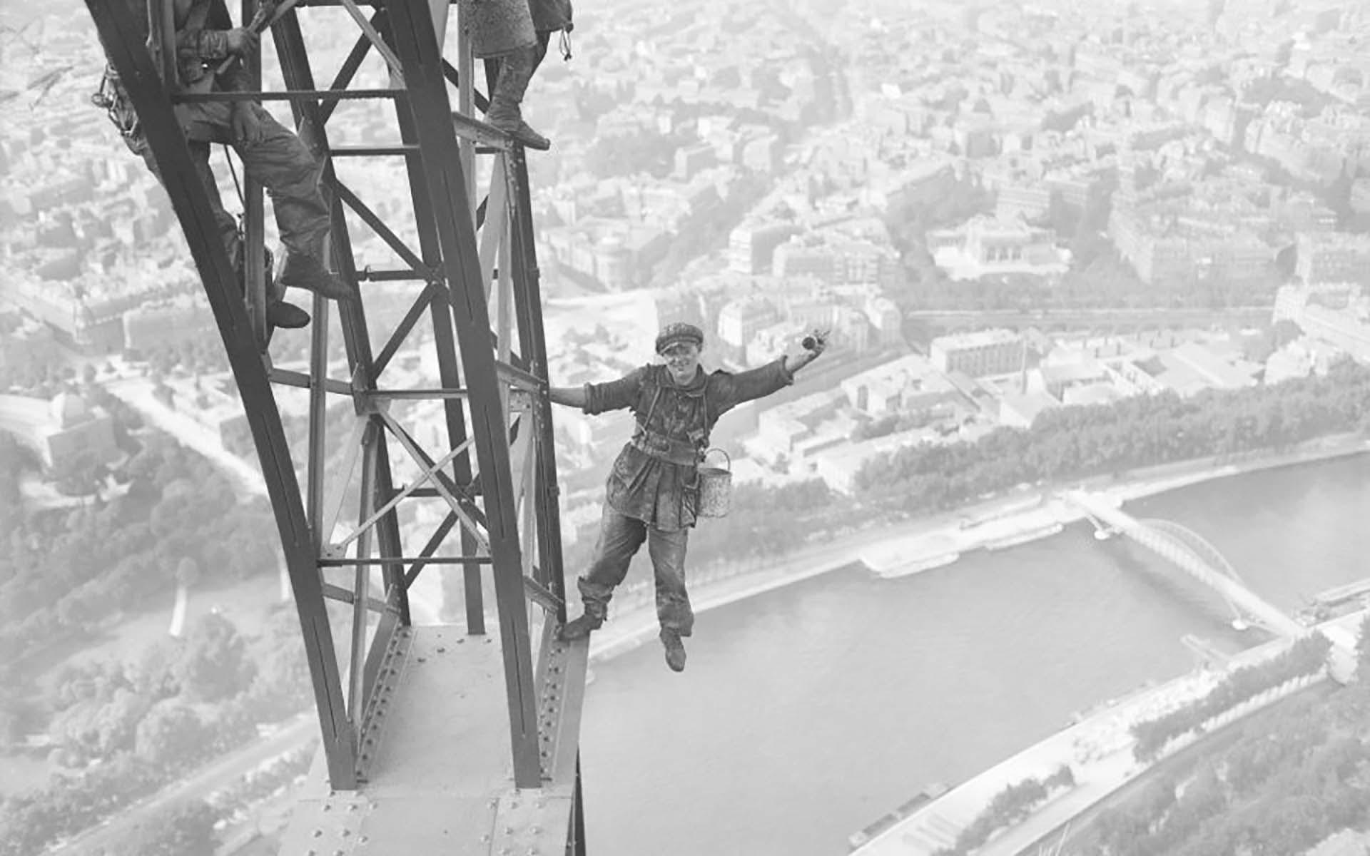 In 1898 se le agregó una antena de radio en la punta, sumándole 30 metros. Fue la estructura más alta del mundo hasta la inauguración de la Torre Chrysler de Nueva York en 1930.