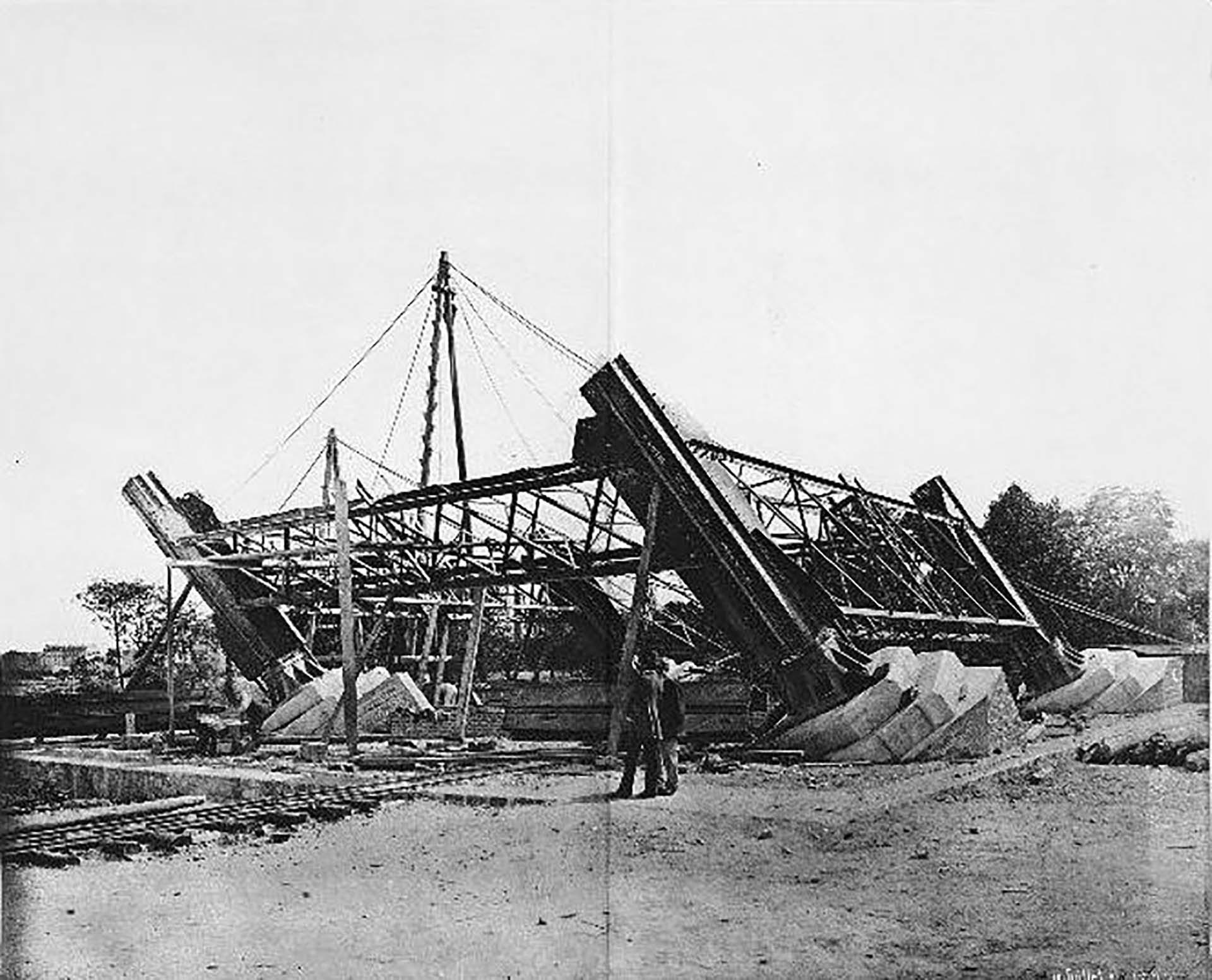 La construcción de la torre comenzó en enero de 1887, con el objetivo de ser el ícono de la Exposición Universal de París de 1889. El diseño contemplaba 18.038 piezas de acero ensambladas con 2,5 millones de remaches.