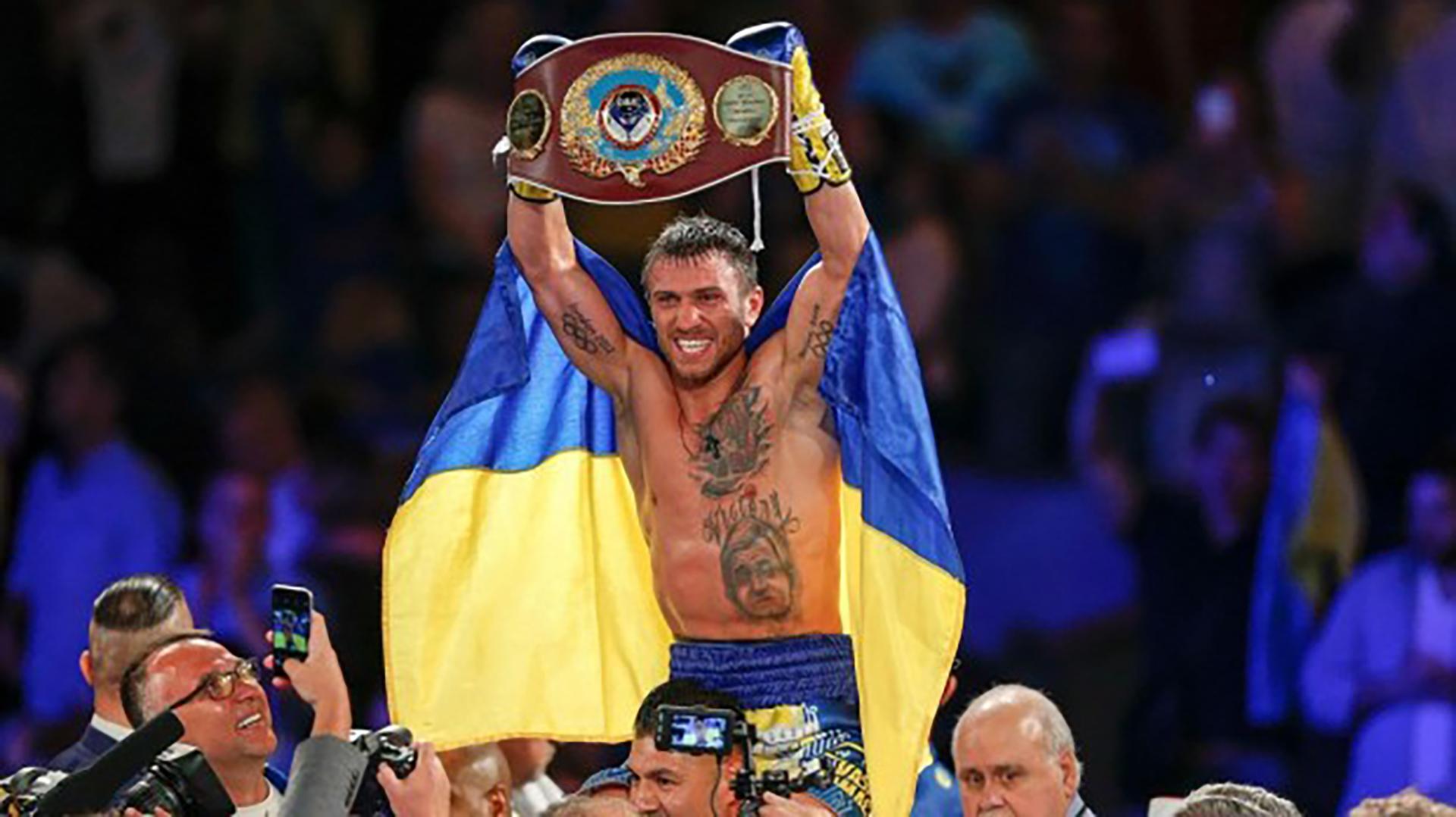 Vasyl Lomachenko festeja con la bandera ucraniana
