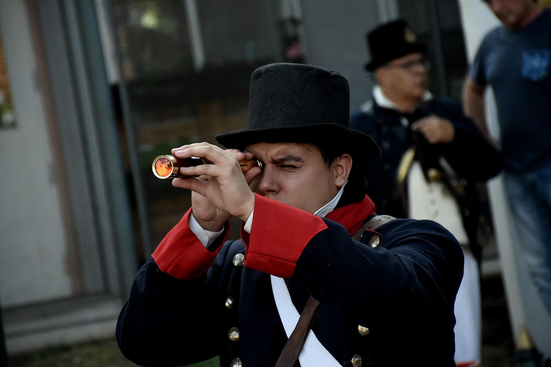 Los propios integrantes de la Asociación son quienes investigan y confeccionan sus uniformes hasta el mínimo detalle, así como también los instrumentos que formaban parte de cada uno de los equipos