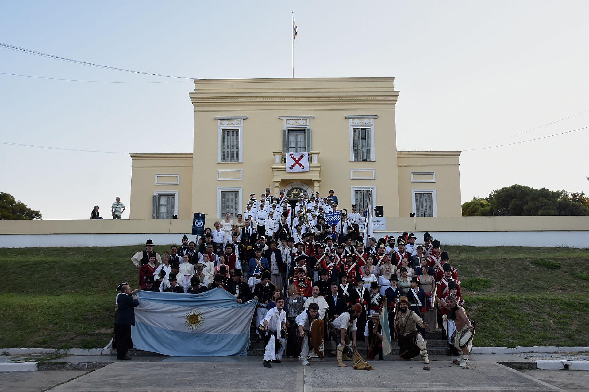 En total, más de 100 actores ataviados con los trajes de la época entraron en accióny recrearon los combates marineros en una la iniciativa que repite año a año