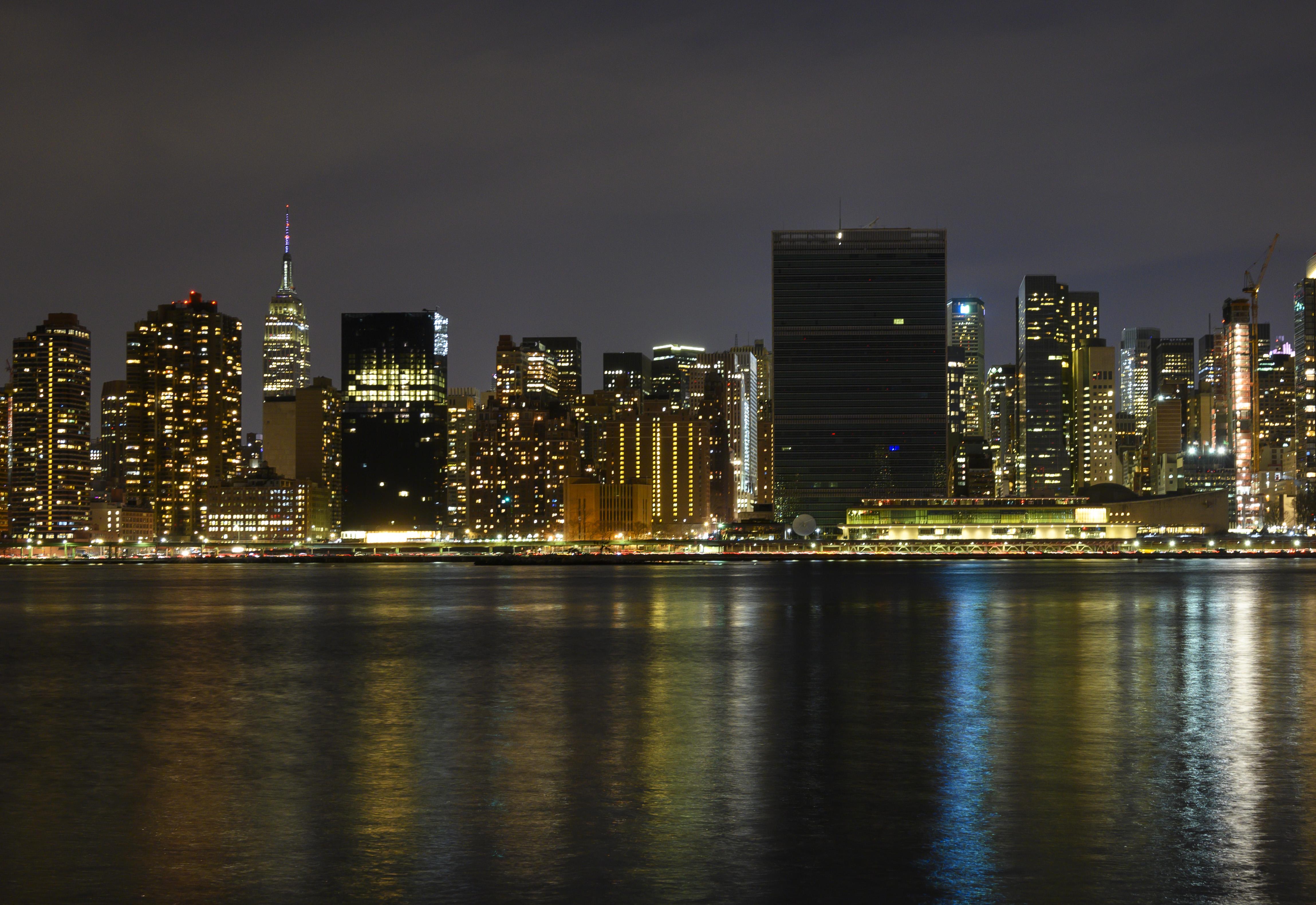 Foto panorámica de Manhattan, con el edificio de las Naciones Unidas y el Empire State sin iluminación