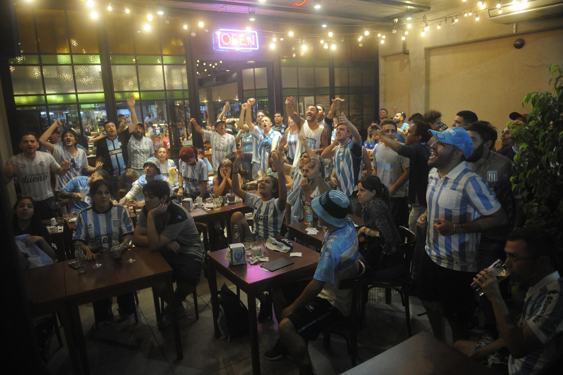 Los hinchas se congregaron en diferentes bares del centro porteño