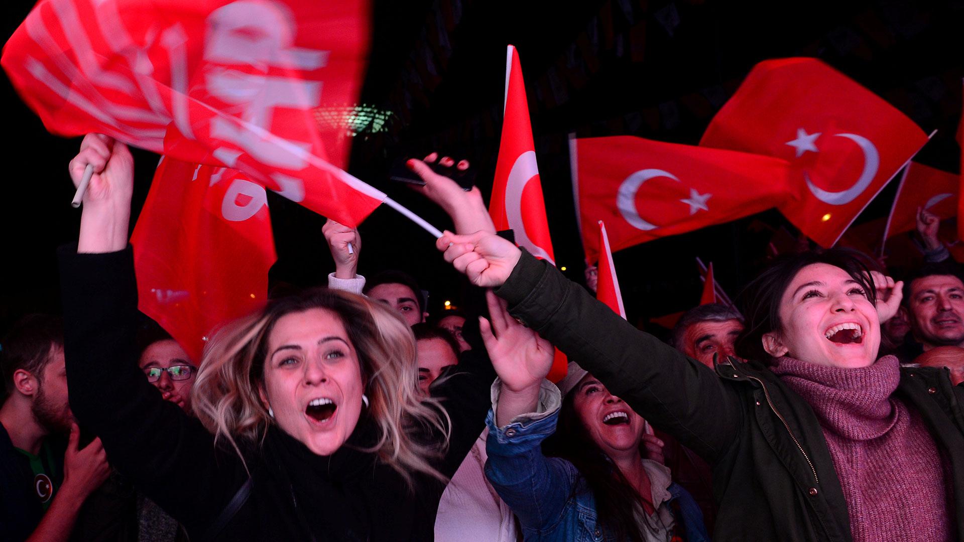 Simpatizantes del opositor CHP festejan la victoria en Ankara