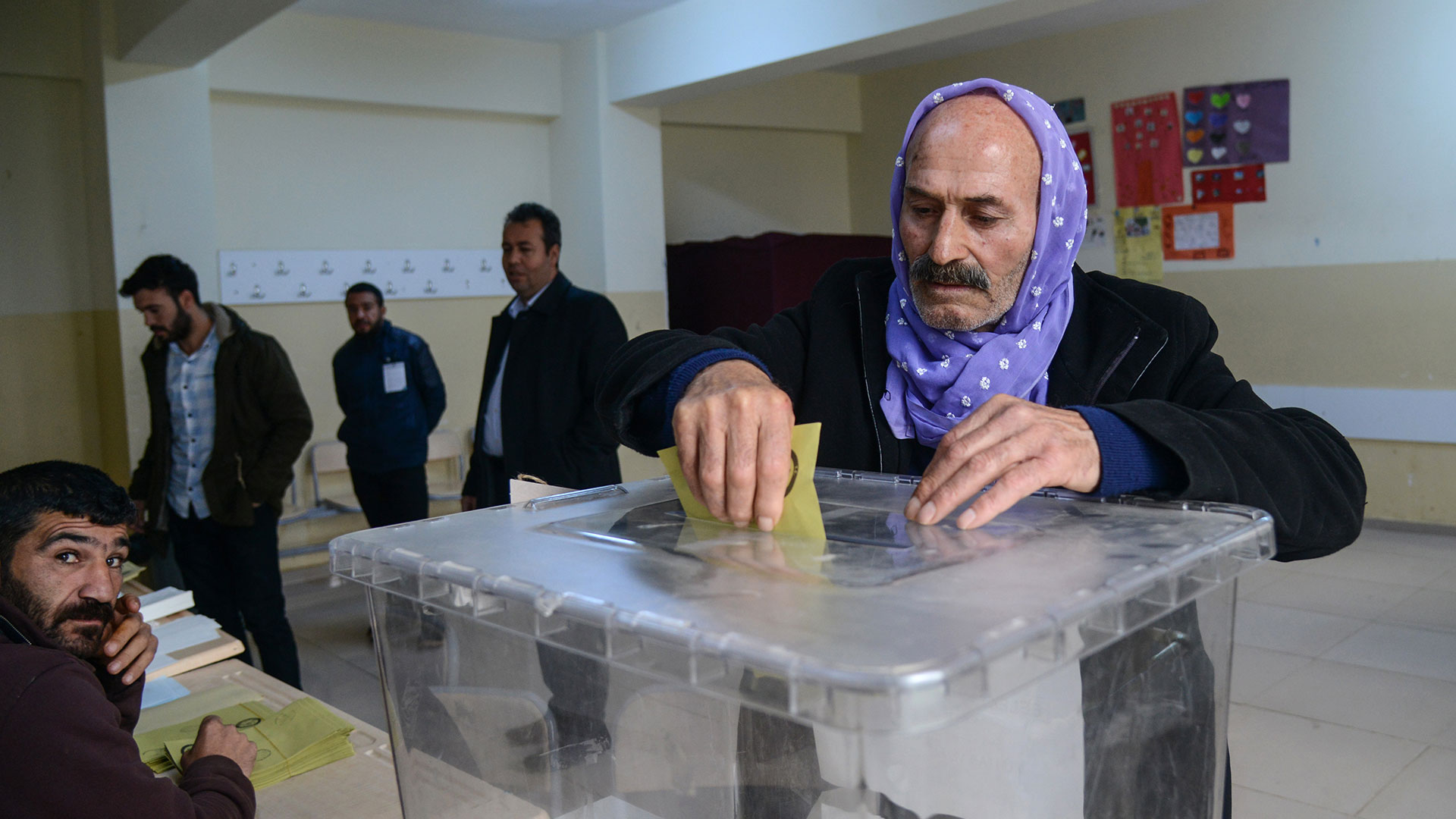 El partido gobernante se impuso en el total de votos a nivel nacional, pero perdió las elecciones municipales en las grandes ciudades turcas (AFP)