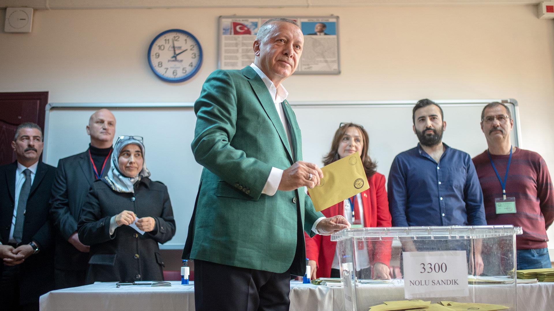 El presidente Recep Tayyip Erdogan votando (AFP)