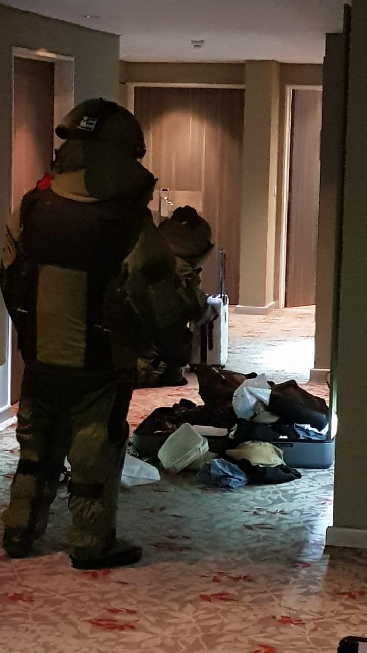 El momento en el que las fuerzas de seguridad revisaban el maletín sospechoso
