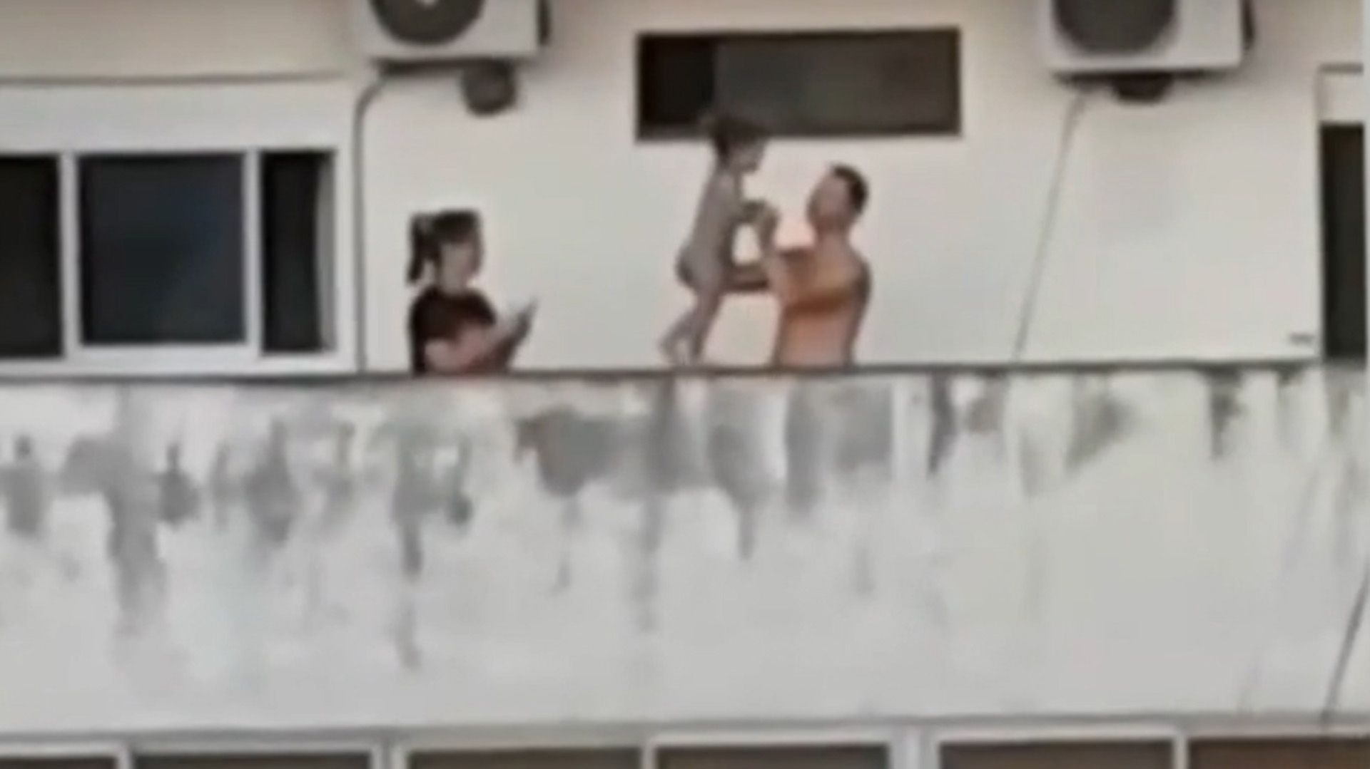 La beba aparece caminando en el video sobre el balcón del contrafrente de un edificio en Caballito
