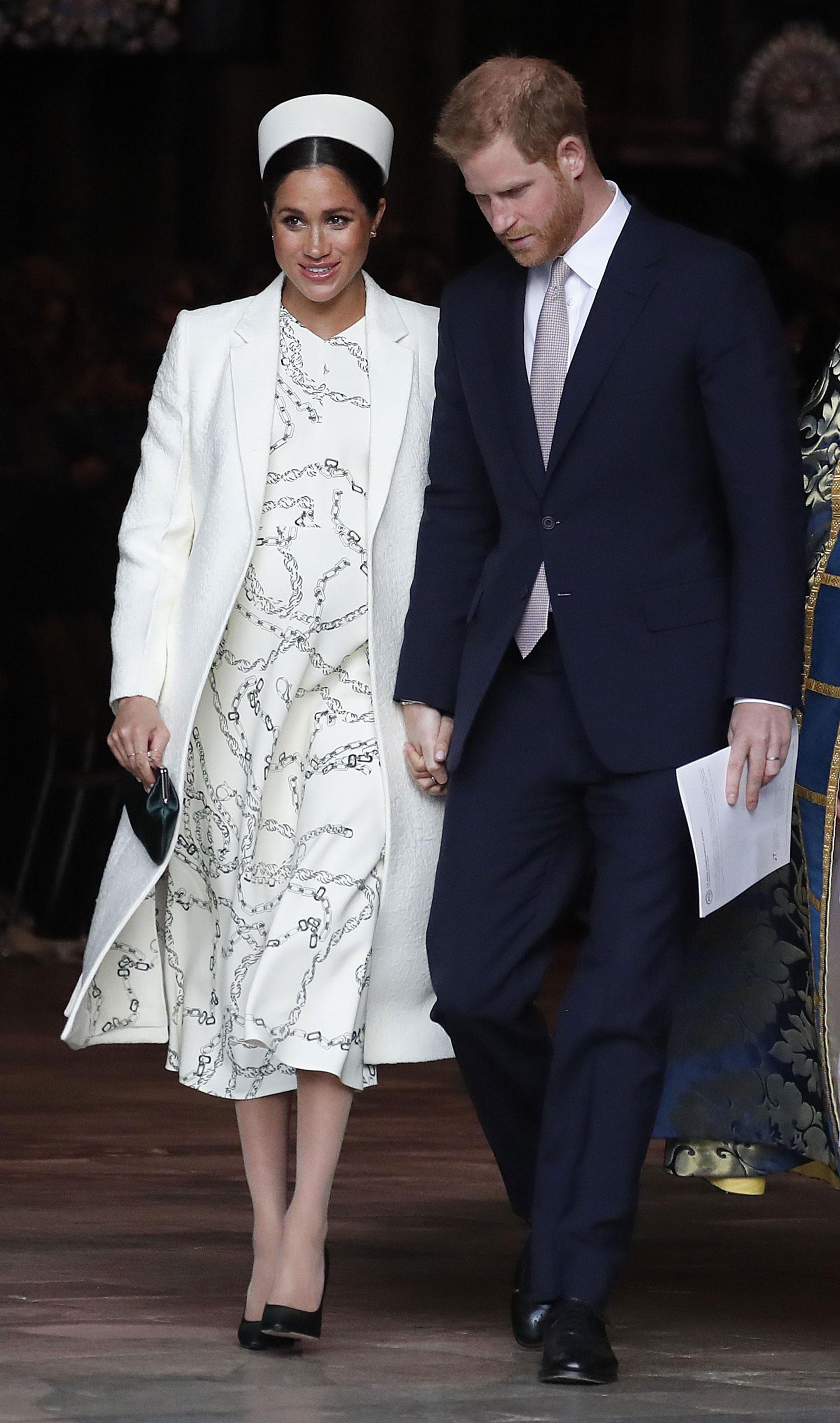 La duquesa llegó a la Abadía de Westminster para el servicio del Día de la Commonwealth con un vestido estampado de Victoria Beckham , un abrigo de color crema y un sombrero pastillero (AP)