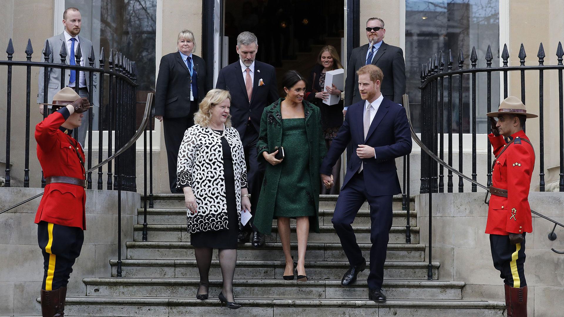 Con una chaqueta y un vestido hechos a medida por Erdem , tacos aguja de Aquazzura y un sobre Givenchy para su visita a la Casa de Canadá en el Día de la Comunidad (AP)