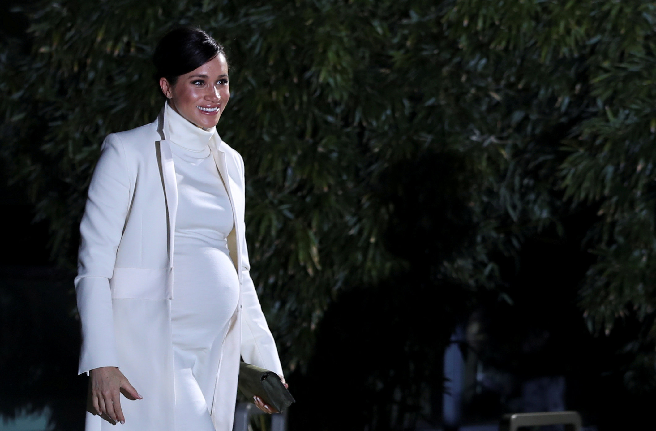 """La ex actriz combinó un abrigo de Amanda Wakely con un vestido de cuello alto de Calvin Klein para un look total white en el estreno de """"The Wider Earth"""" (REUTERS)"""