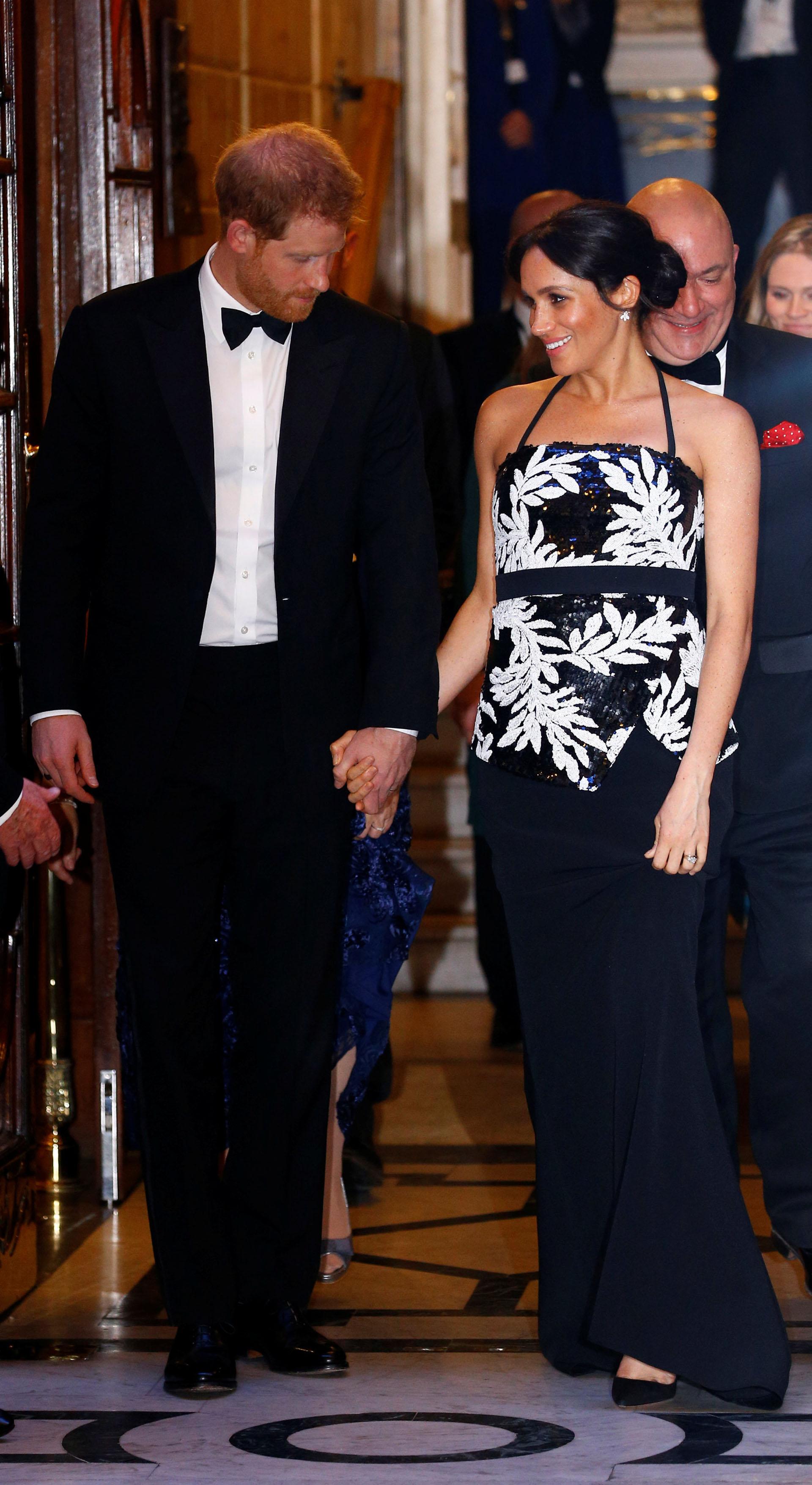 En la presentación de Royal Variety, que recaudó dinero para la Royal Variety Charity, Meghan llevó una falda negra con un top con detalles florales blancos, ambos de Safiyaa (REUTERS)