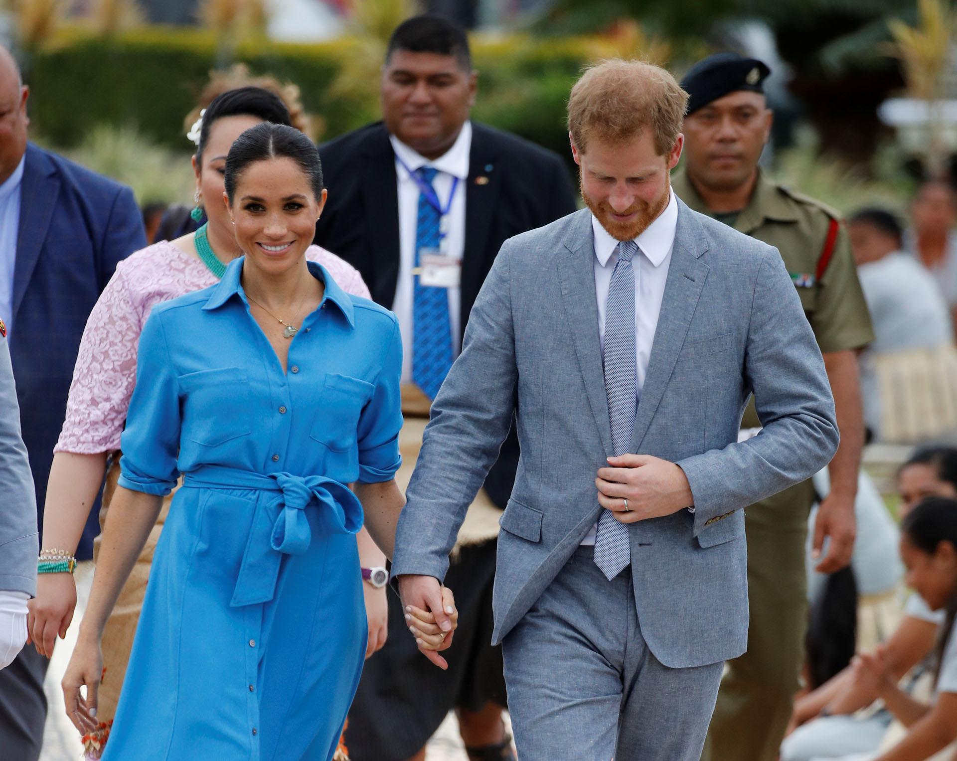 Para su tarde de compromisos en Tonga Meghan eligió un look más informal: un vestido con botones de Veronica Beard Cary, combinado con unos zapatos azules de Banana Republic (REUTERS)