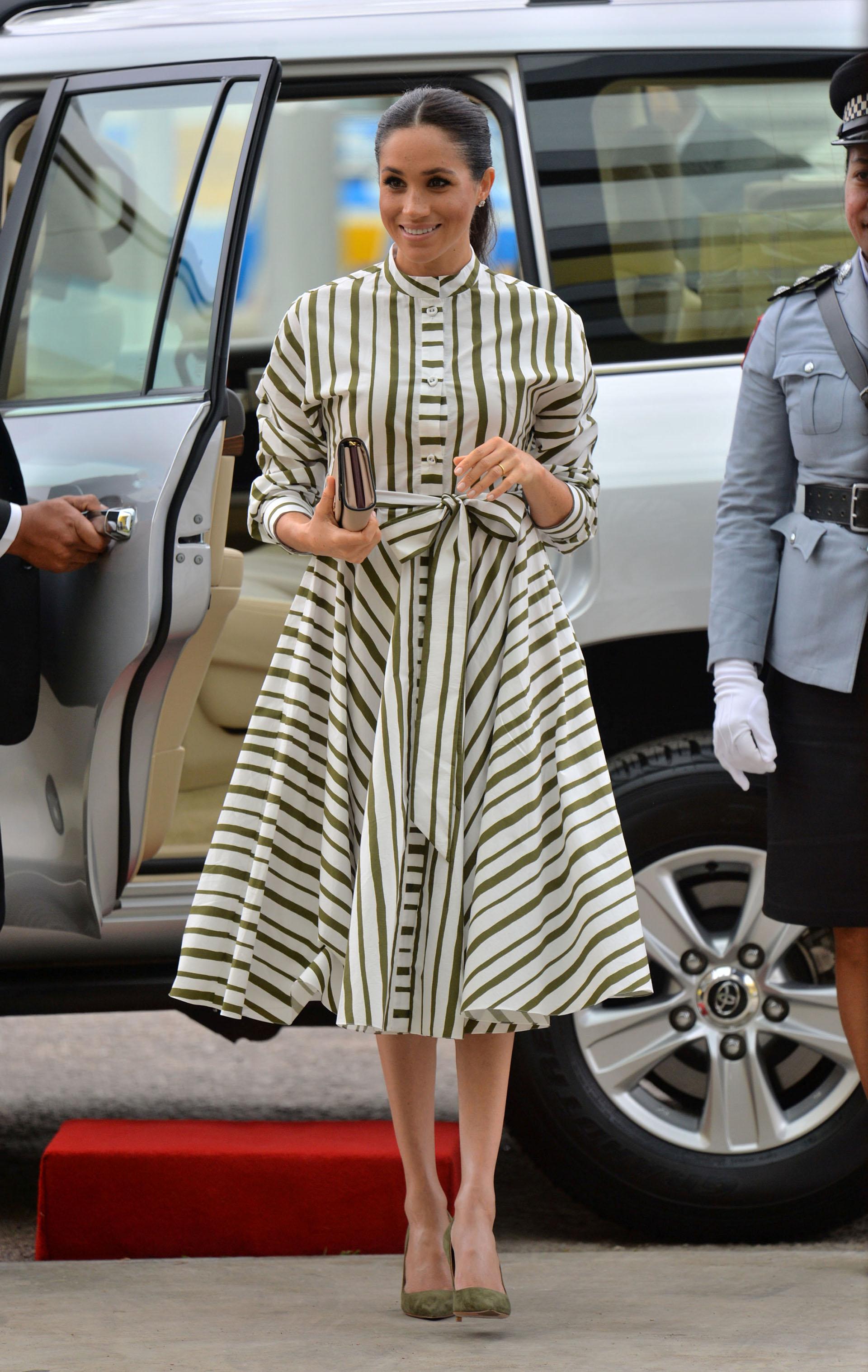 La duquesa inició una ajetreada mañana en Tonga con un vestido a rayas verde y blanco de Martin Grant y un sobre Prada (REUTERS)