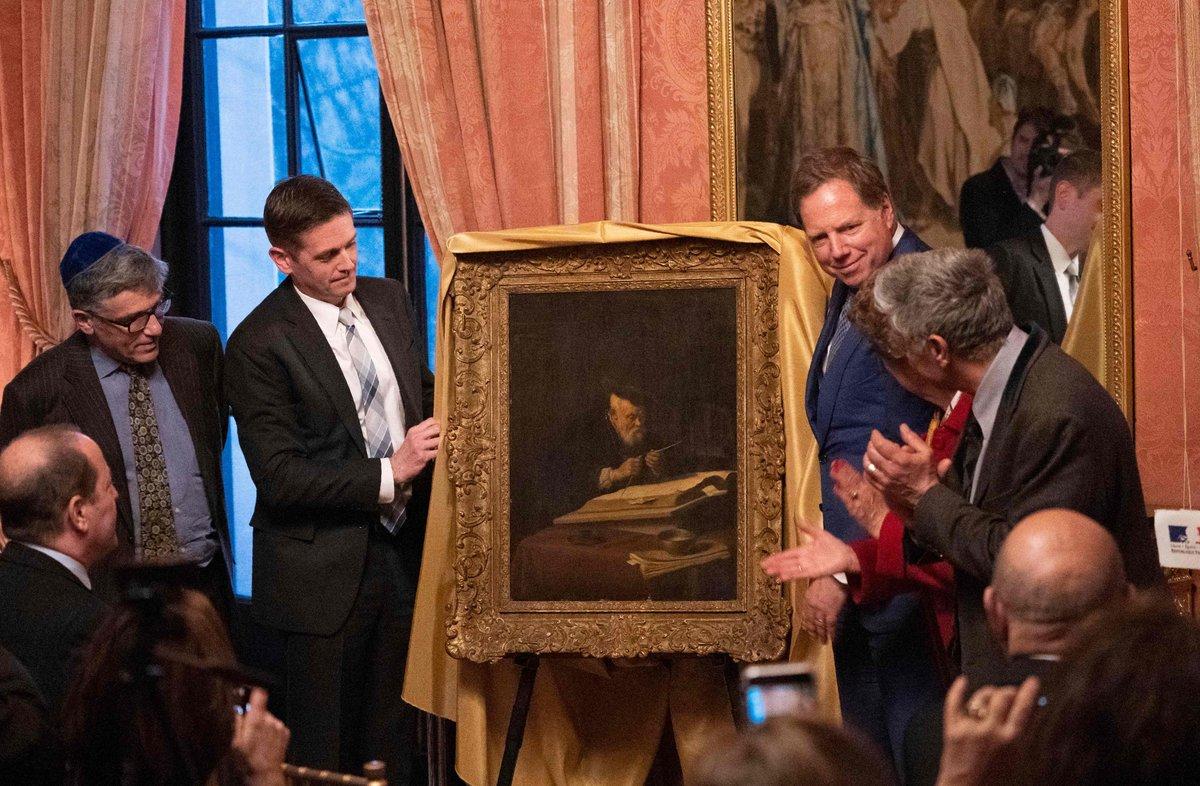Los bisnietos del propietario original de la obra pintada por Koninck en 1639 posan junto a la obra en Nueva York. (AFP)