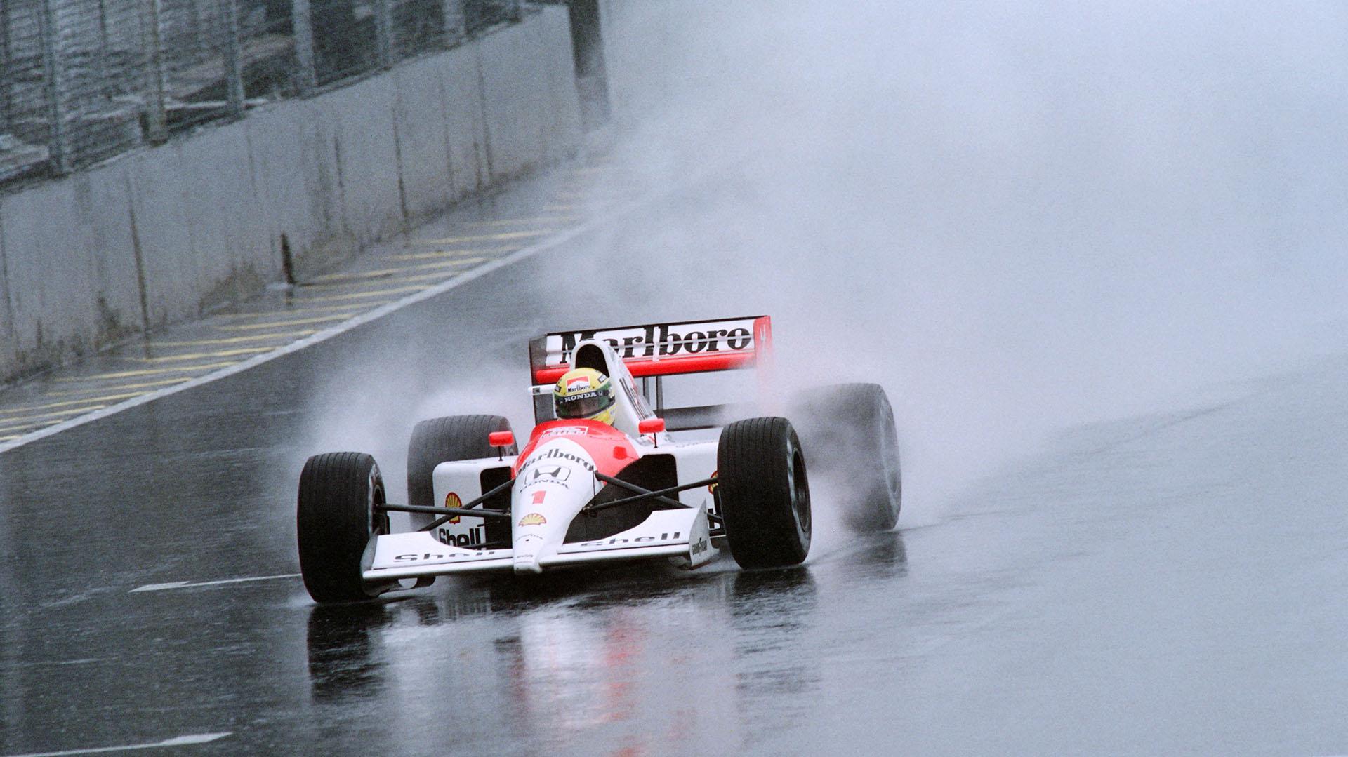 Para muchos, Ayrton Senna es uno de los mejores pilotos que manejó con pista humeda en la historia. Acá en el Gran Premio de Brasil 1991