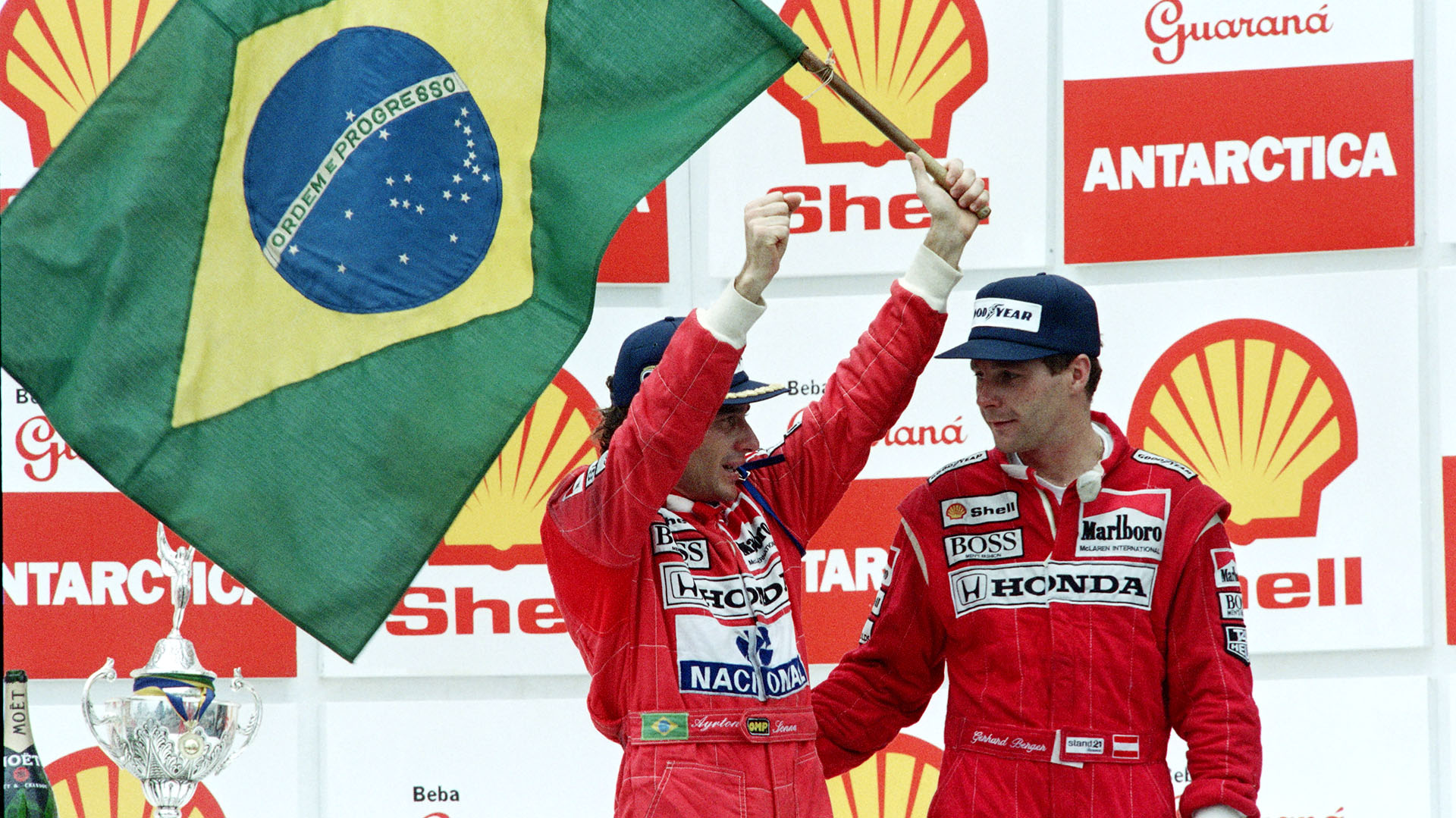 Gran Premio de Brasil, en San Pablo: la victoria fue para Senna, que festejó con la bandera de su país en el podio