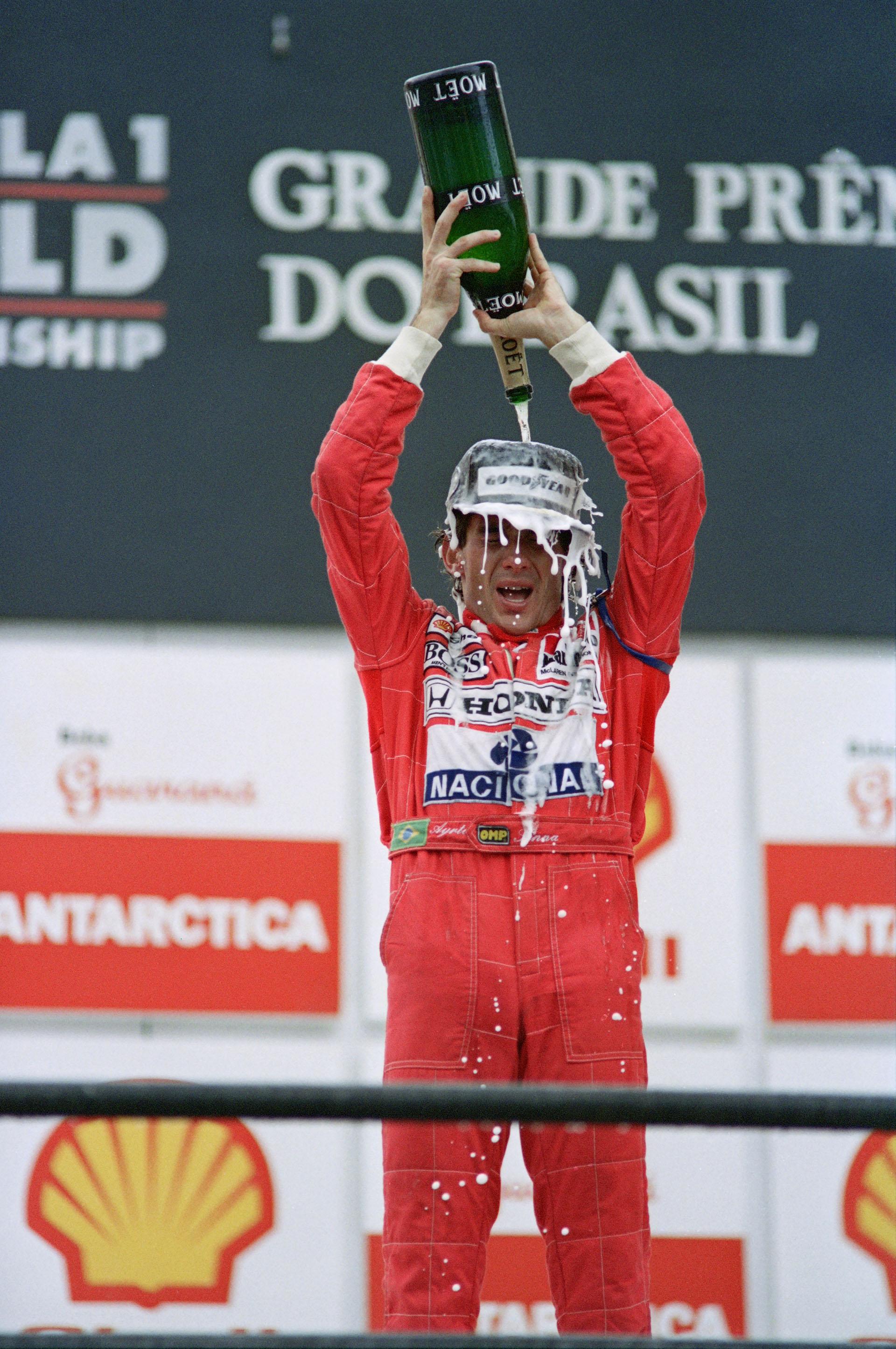 Bañado de champagne después de coronarse como el ganador del GP Brasil en el 91, año en el que ganaría su tercer y último título