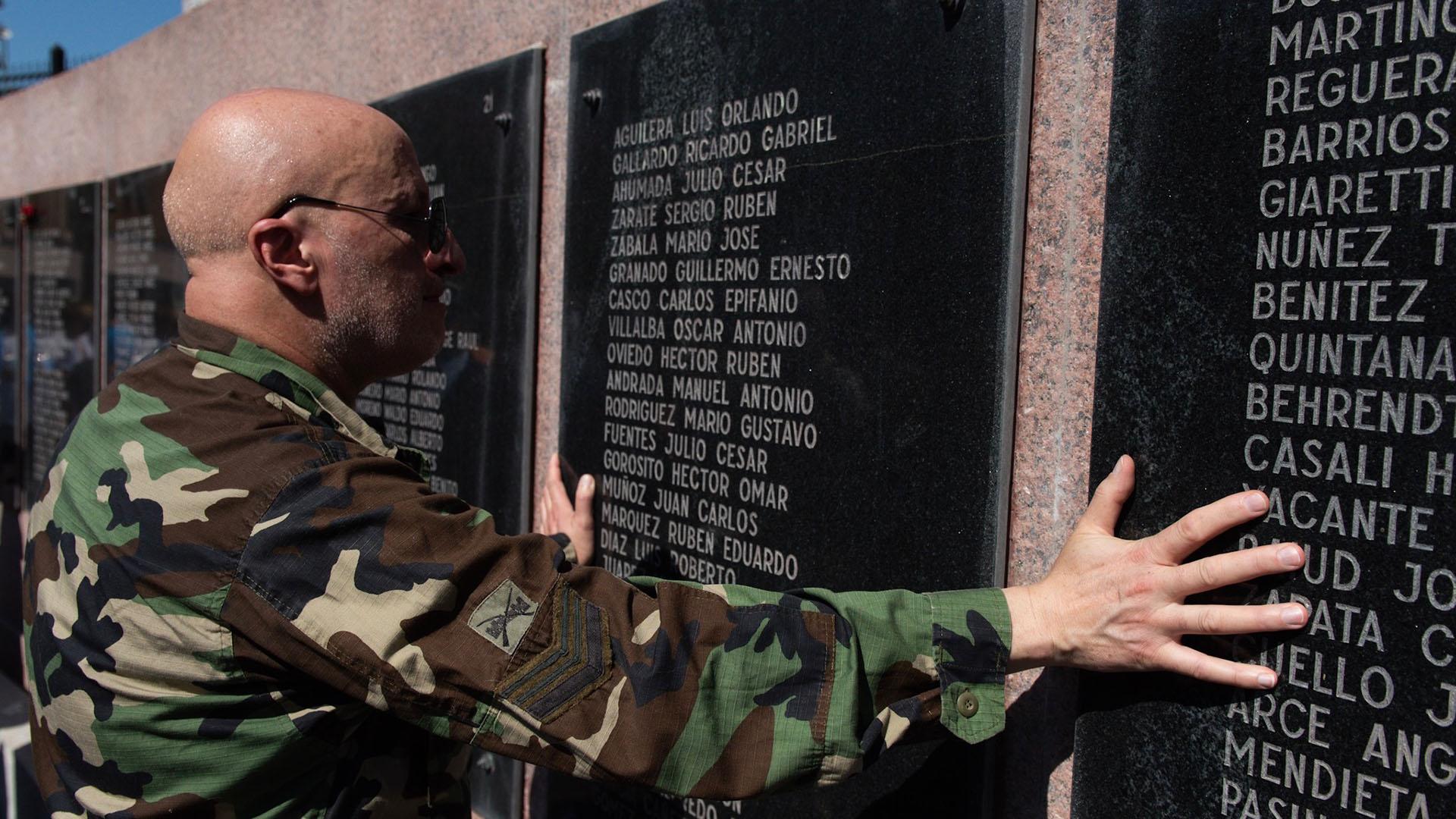 Un ex combatiente honra a los 649 muertos en la guerra del Atlántico sur en el monumento de Retiro que los recuerda