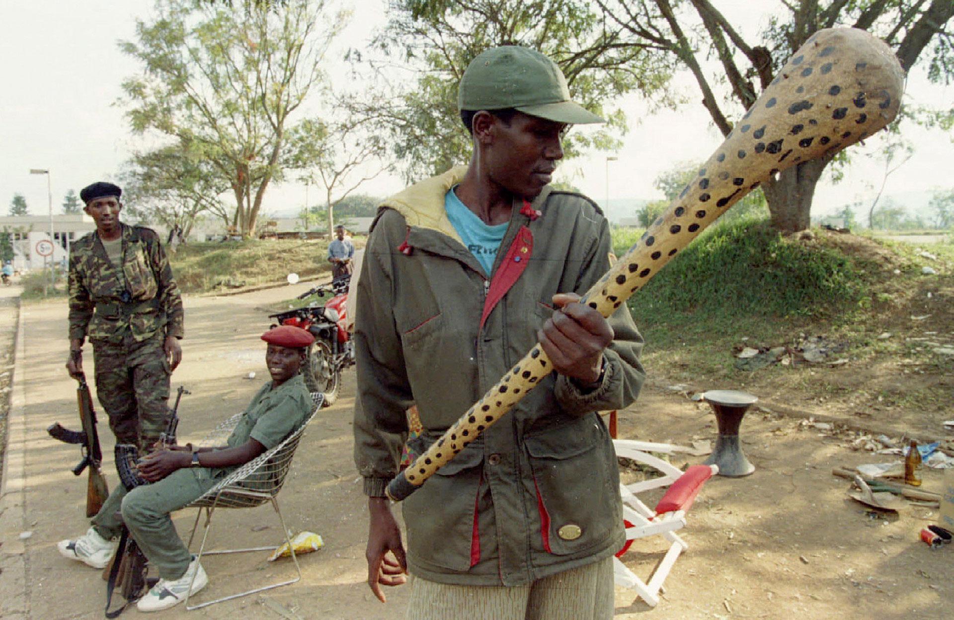 Un soldado del Frente Patriótico Ruandés examina un palo cubierto de clavos, una de las armas utilizadas por los genocidas en las zonas rurales (Reuters)