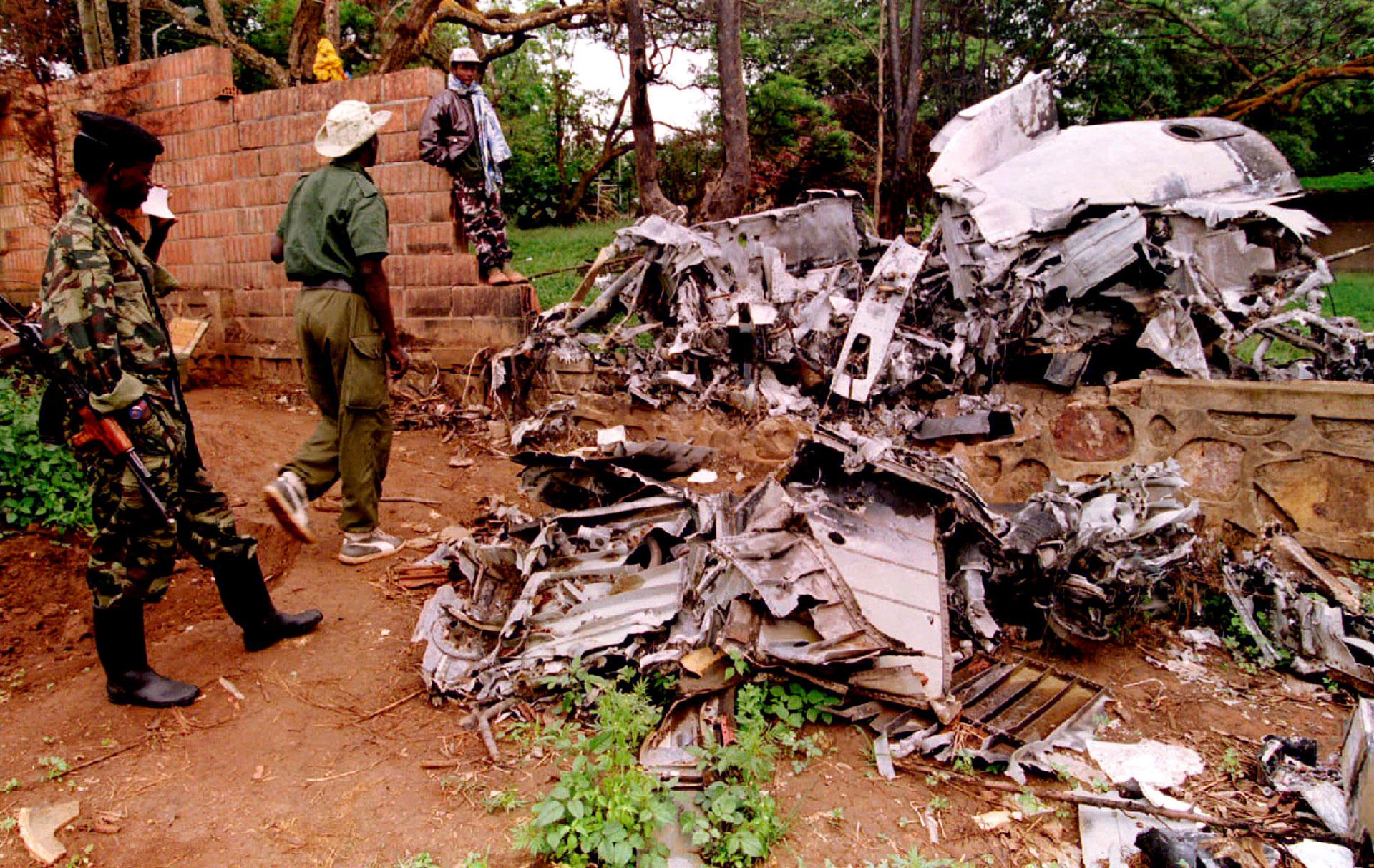 Soldados del Frente Patriótico inspeccionan los restos del avión que trasladaba a los presidentes de Ruanda y Burundi el 6 de abril de 1994 (Reuters)