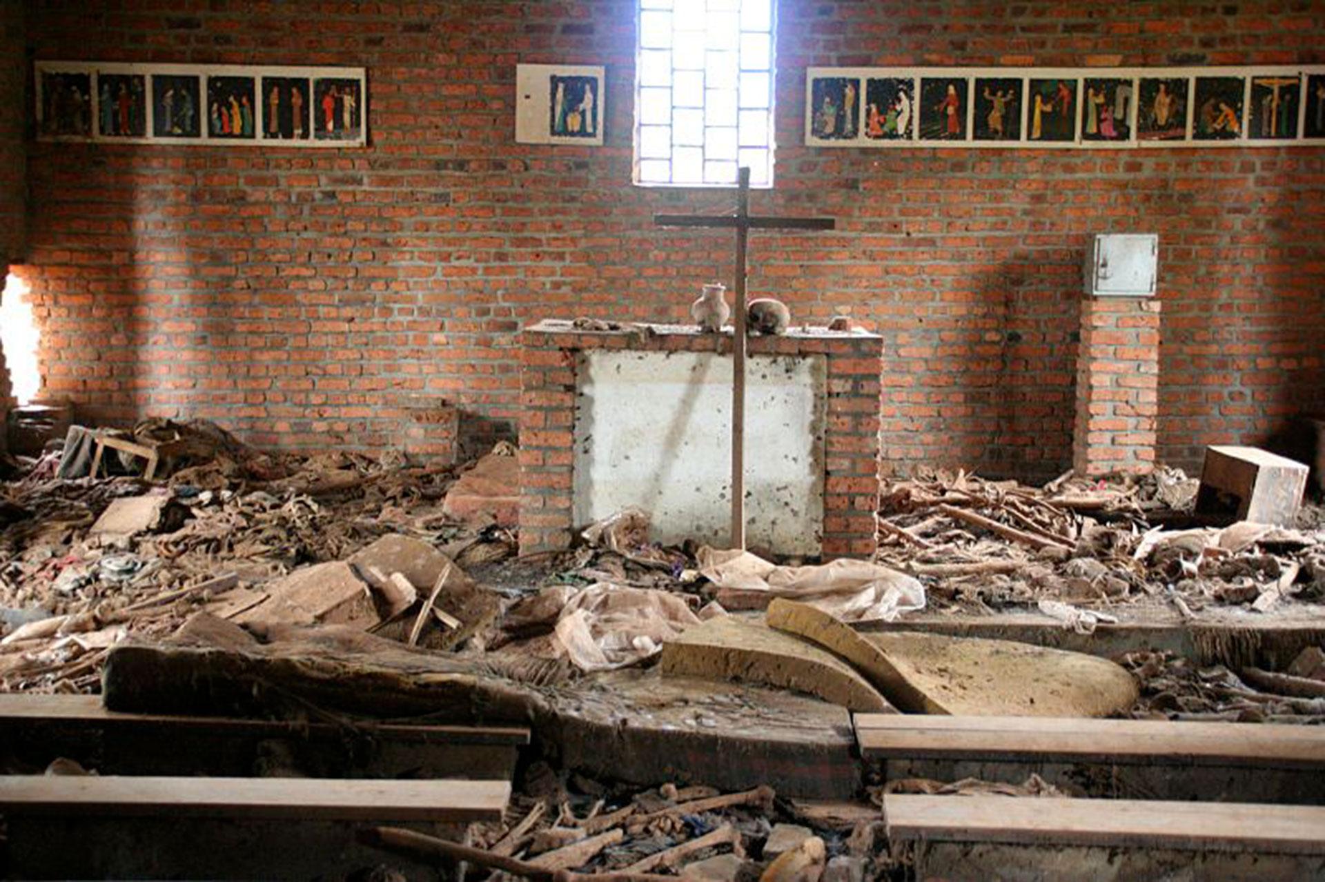Miles de personas que trataron de refugiarse en esta iglesia ubicada en el interior profundo de Ruanda terminaron siendo masacradas. Sus restos quedaron esparcidos por todo el lugar (Scott Chacon)