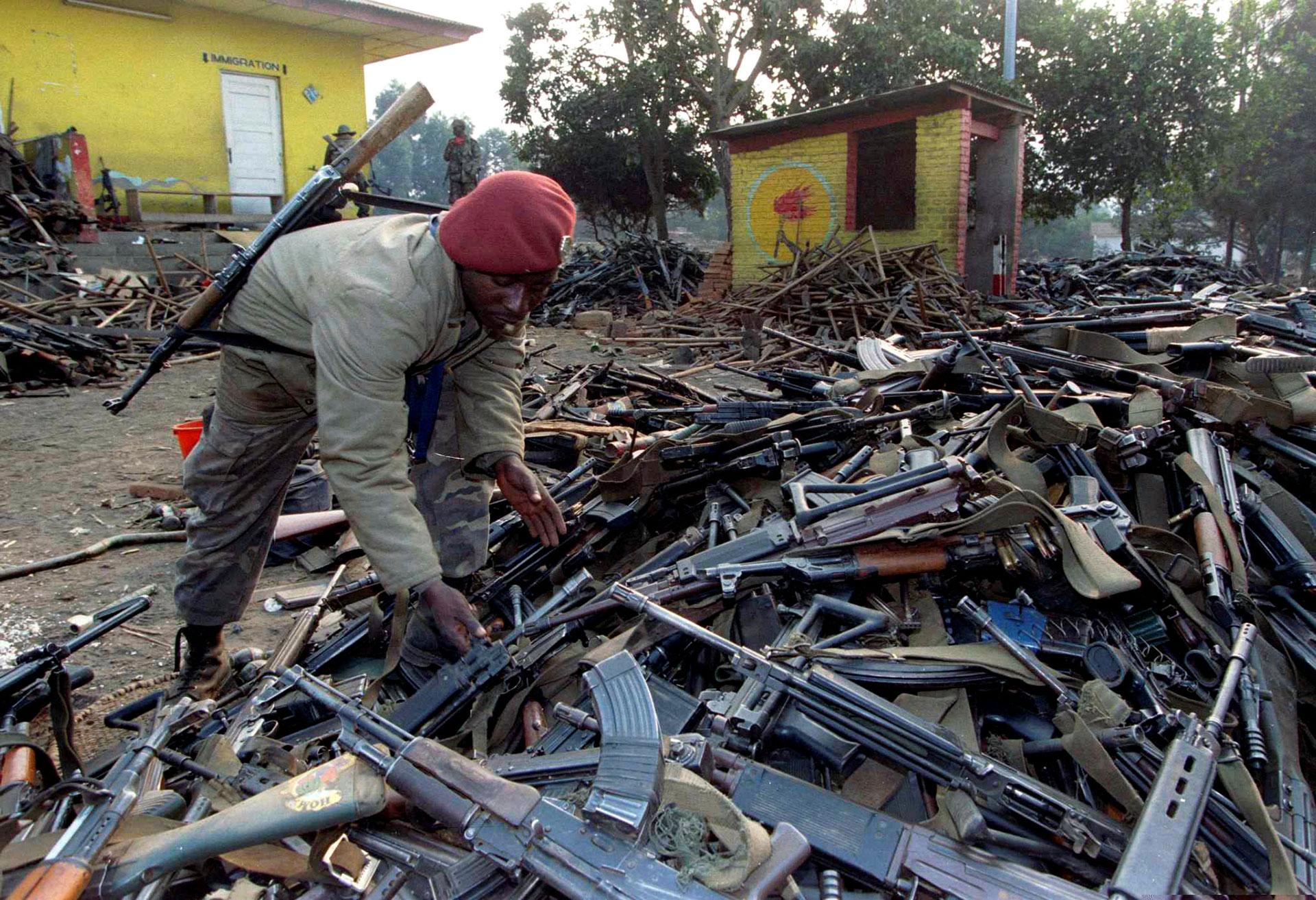 Soldados congoleños inspeccionan armas confiscadas en la frontera a tropas del régimen ruandés, tras la caída de Kigali, en julio de 1994 (Reuters)