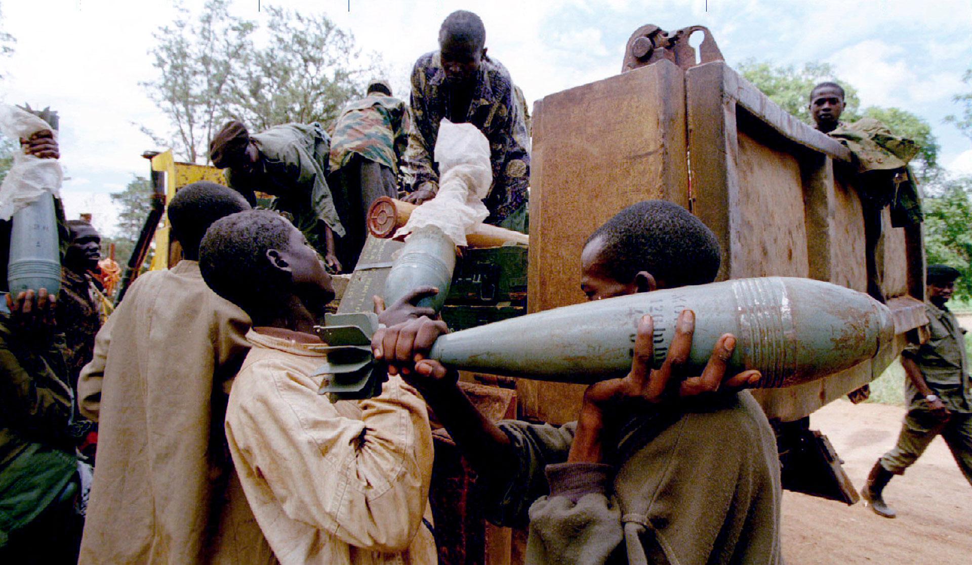 En plena guerra civil, combatientes rebeldes cargan morteros y municiones en un camión (Reuters)