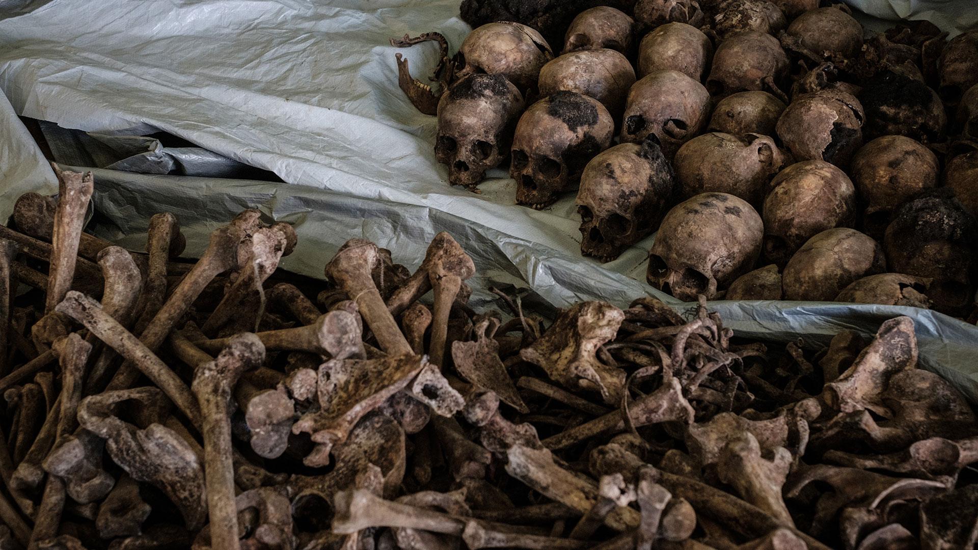 Huesos de víctimas del genocidio encontrados en una fosa común descubierta en abril de 2018 (AFP)