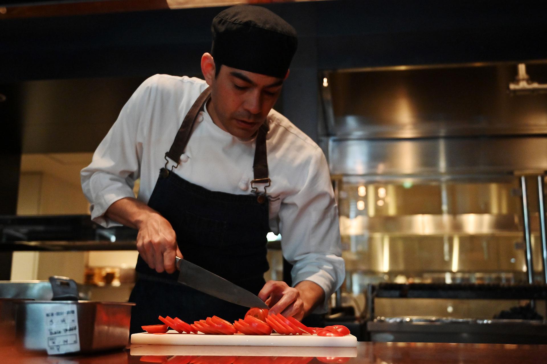 El chef Patrick Shimada prepara los ingredientes de la nueva hamburguesa