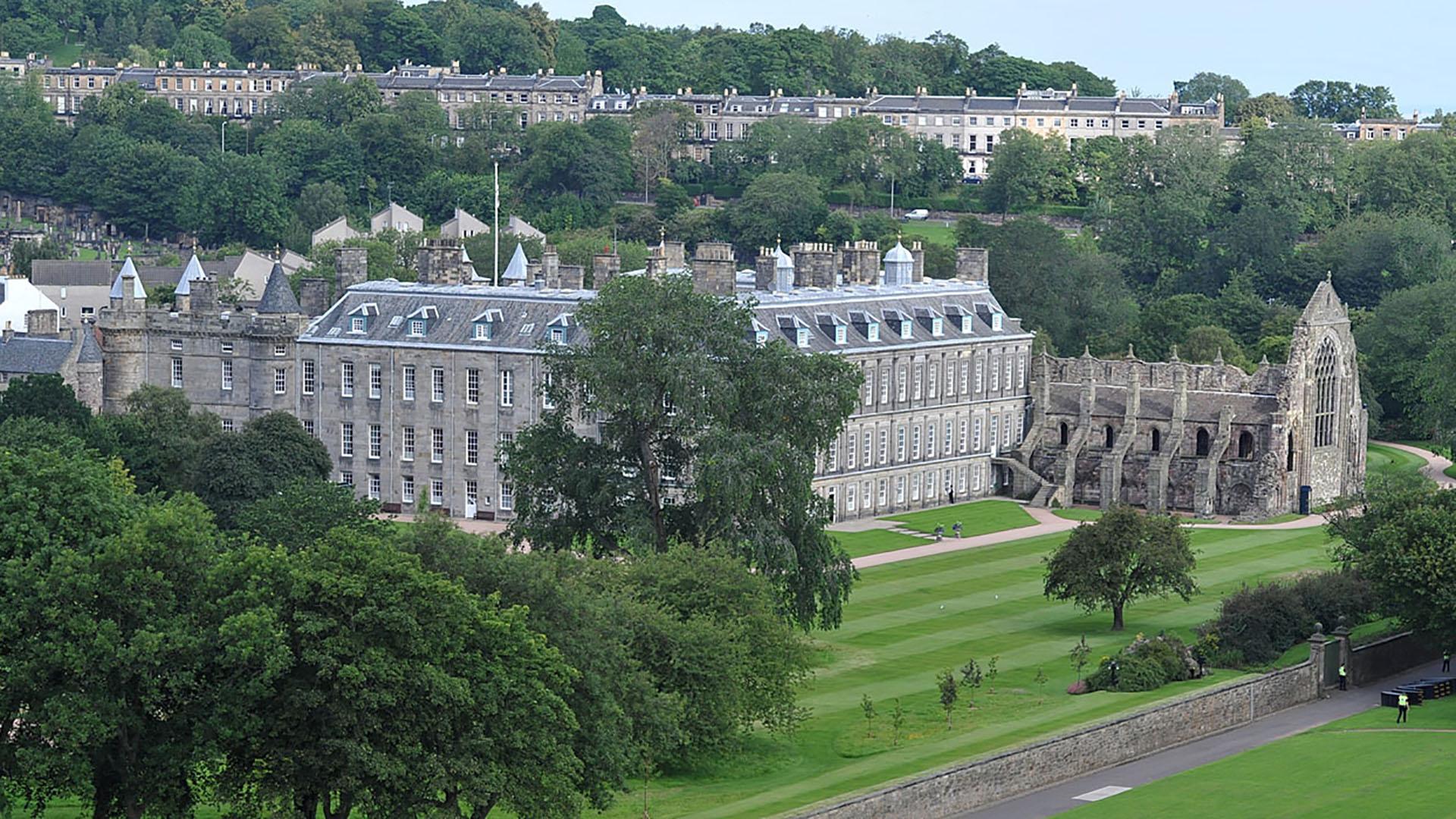 Una vista panorámica del espectular palacio Holyroodhouse
