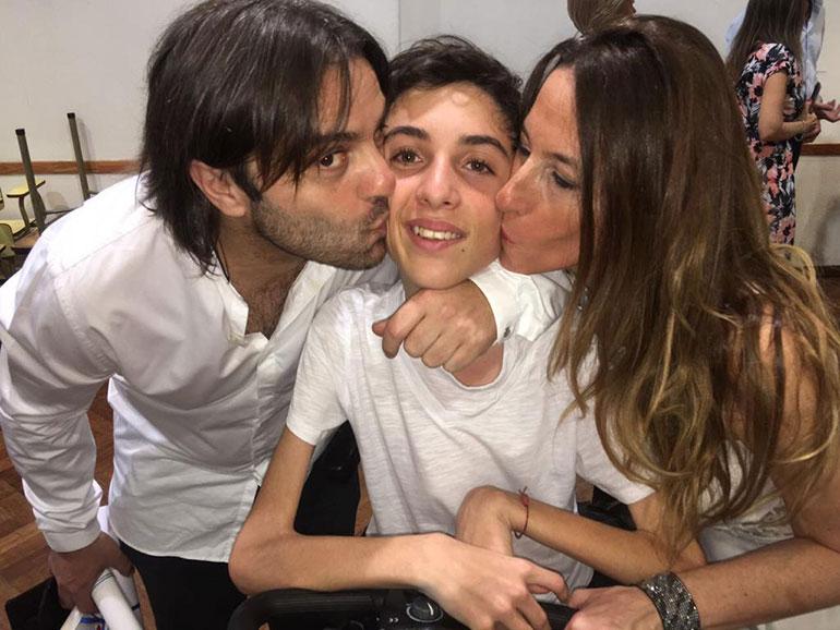 Thiago hoy junto a Hernán y Vanessa, sus padres