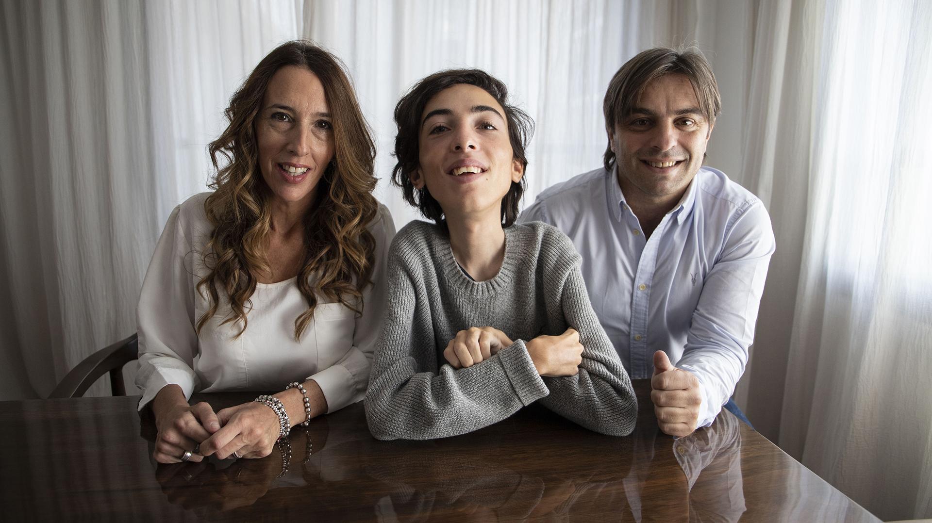 """Mamá Vanessa, Thiago y su papá, Hernán: """"Somos pocos pero valemos mucho"""" dice Thiago a Infobae (Lihueel Althabe)"""