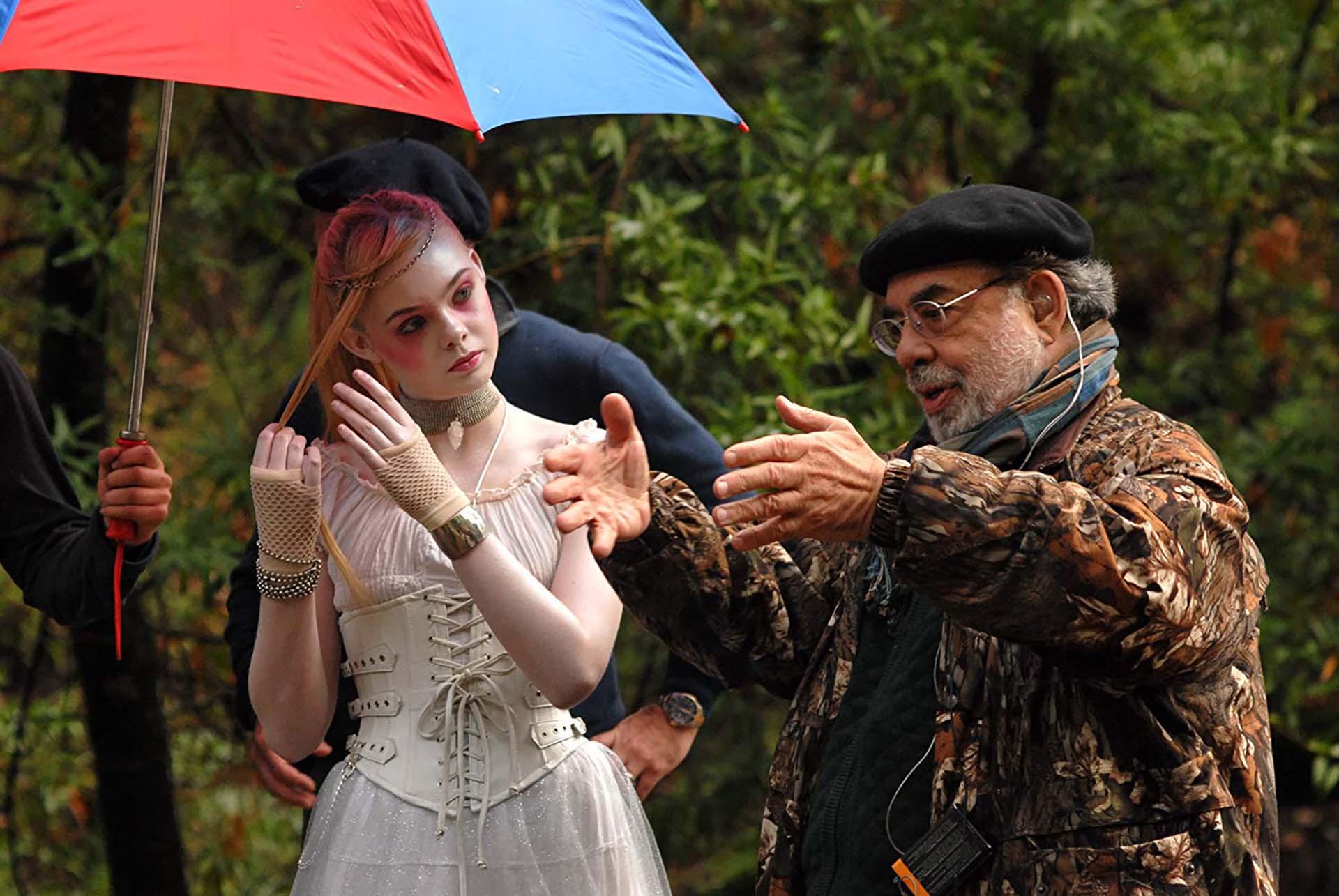 Francis Ford Coppola y la actriz Elle Fanning en la filmación de Twixt (2011), un largometraje de terror, que tuvo como protagonista a Val Kilmer