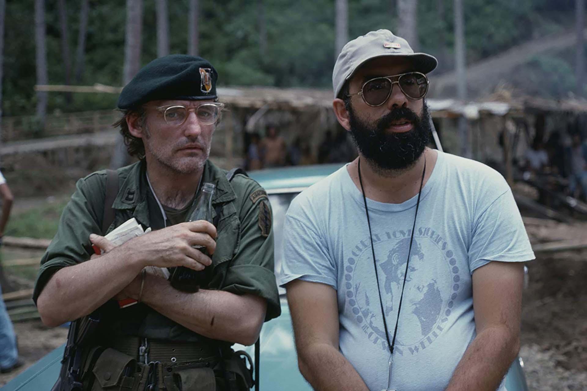 """Francis Ford Coppolay Dennis Hopper en el rodaje de """"Apocalypse Now"""" en Filipinas. Se comenzó a filmar en 1976 y se estrenó en 1979. El filme bélico ganó dos premios Oscar: Mejor Fotografía y Mejor sonido. Cuando Coppola la presentó en Cannes comentó: """"Ésta no es una película sobre la Guerra de Vietnam, esto es Vietnam"""""""