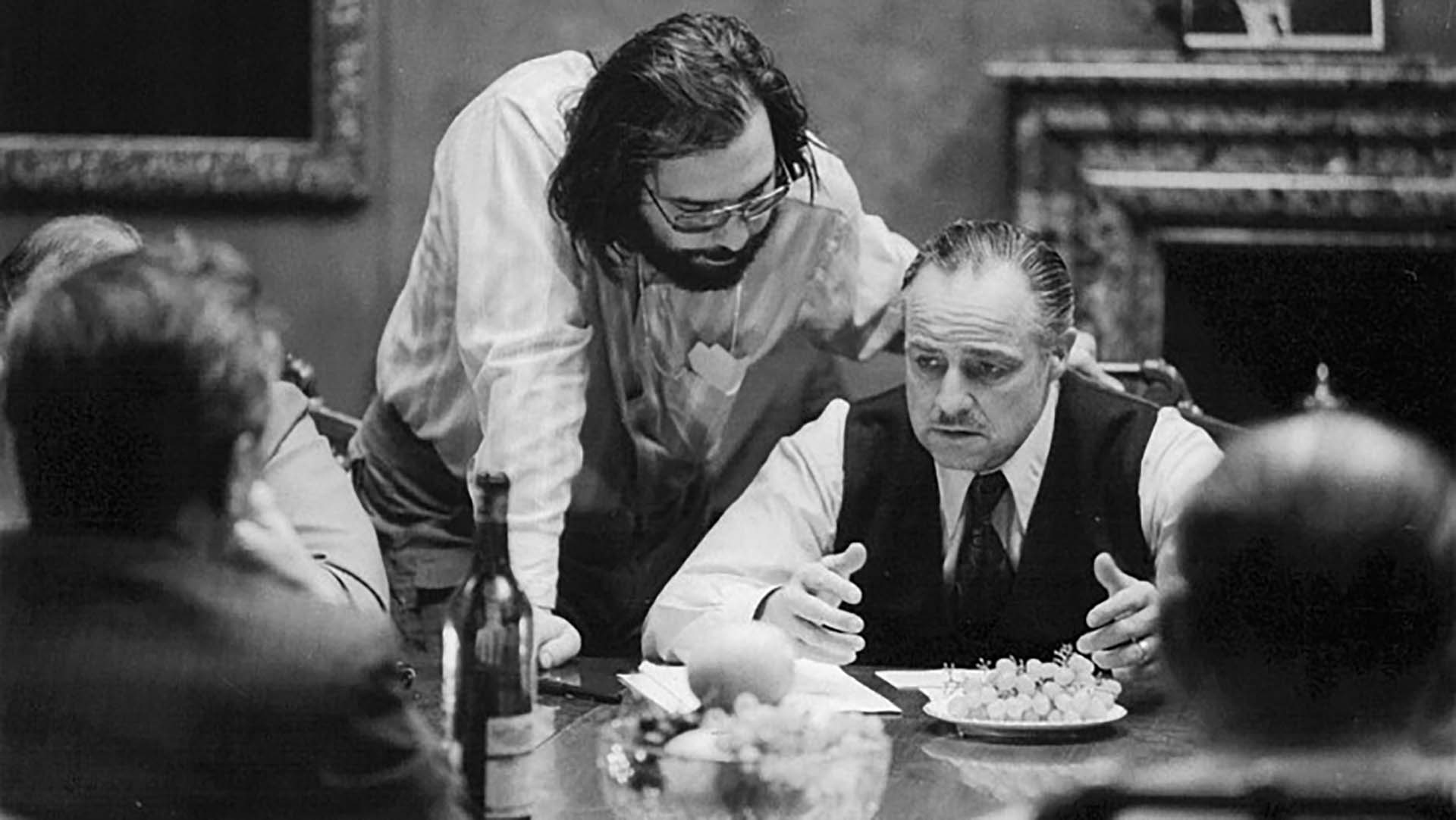 """Marlon Brandoy Francis Ford Coppolarepasando una escena de """"El Padrino""""(1972)"""