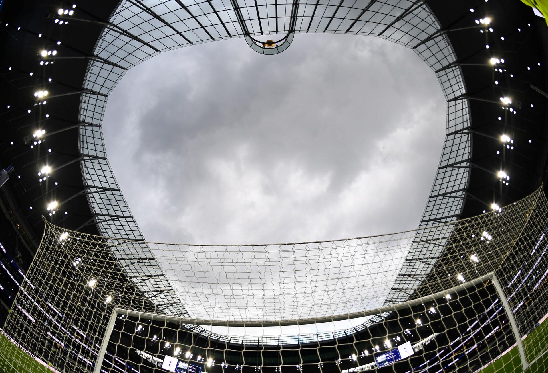 El anterior estadio, ubicado en el mismo sitio, aunque en un terreno menor, tenía lugar para 36.000 espectadores