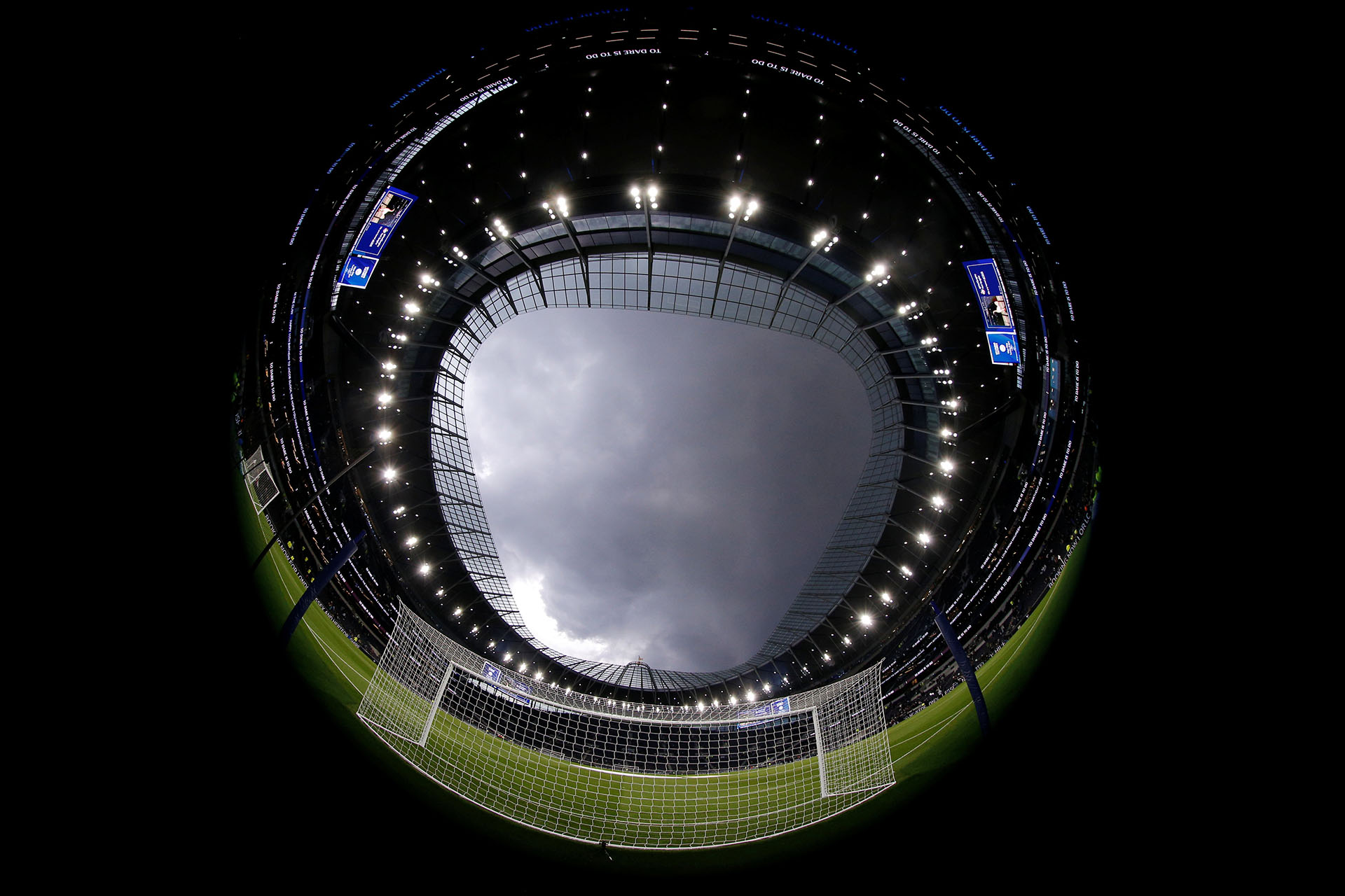 El estadio cuenta, además, con césped retráctil y con una superficie sintética diseñada para utilizar en conciertos y diversos eventos