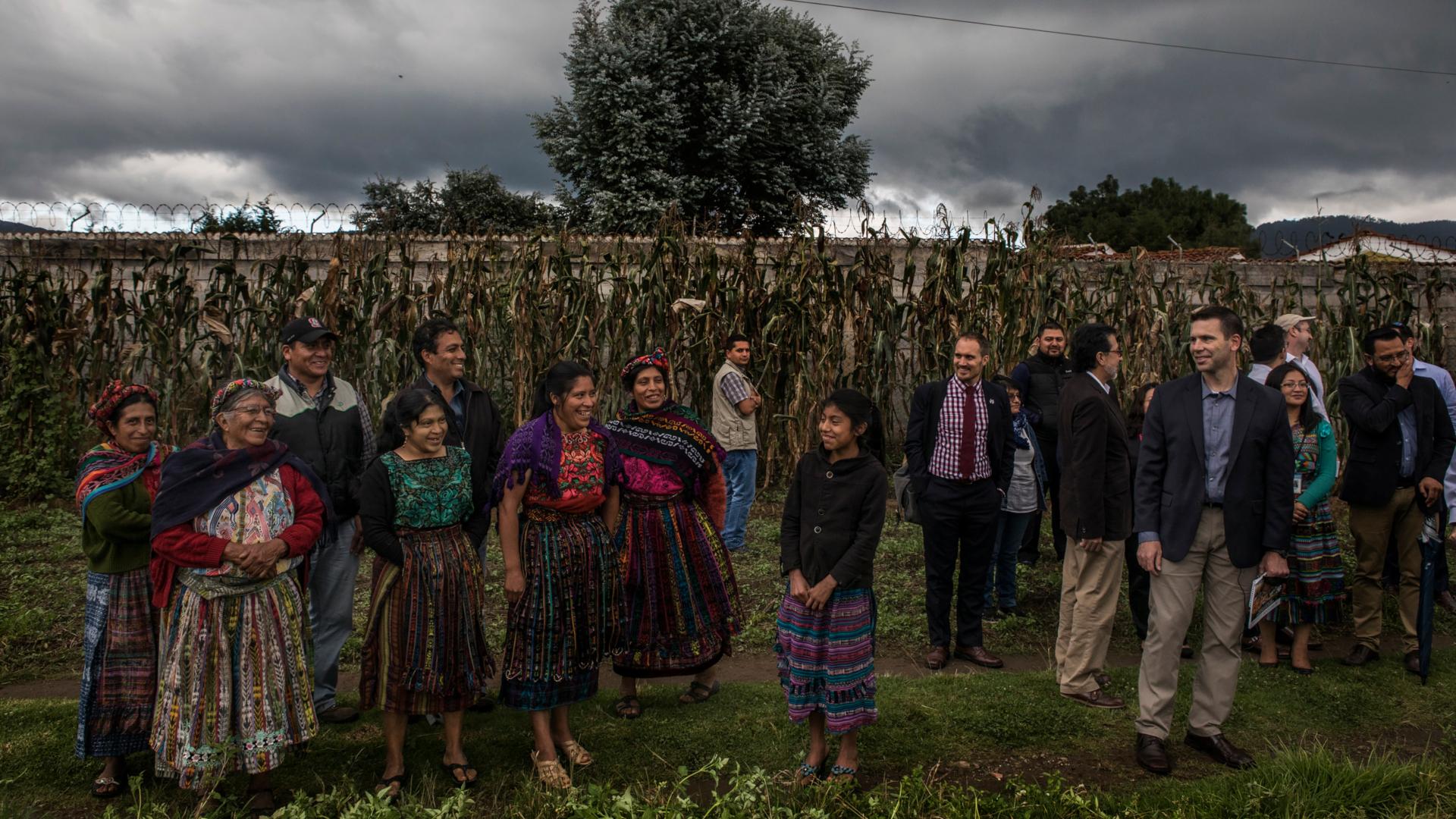 El comisionado de Aduanas y Protección Fronteriza de Estados Unidos, Kevin McAleenan, a la derecha, recorría Buena Milpa, una granja cooperativa ubicada cerca de Quetzaltenango, Guatemala el año pasado. Este proyecto agrícola es apoyado por la Agencia de los Estados Unidos para el Desarrollo Internacional. (Kirsten Luce para The New York Times)