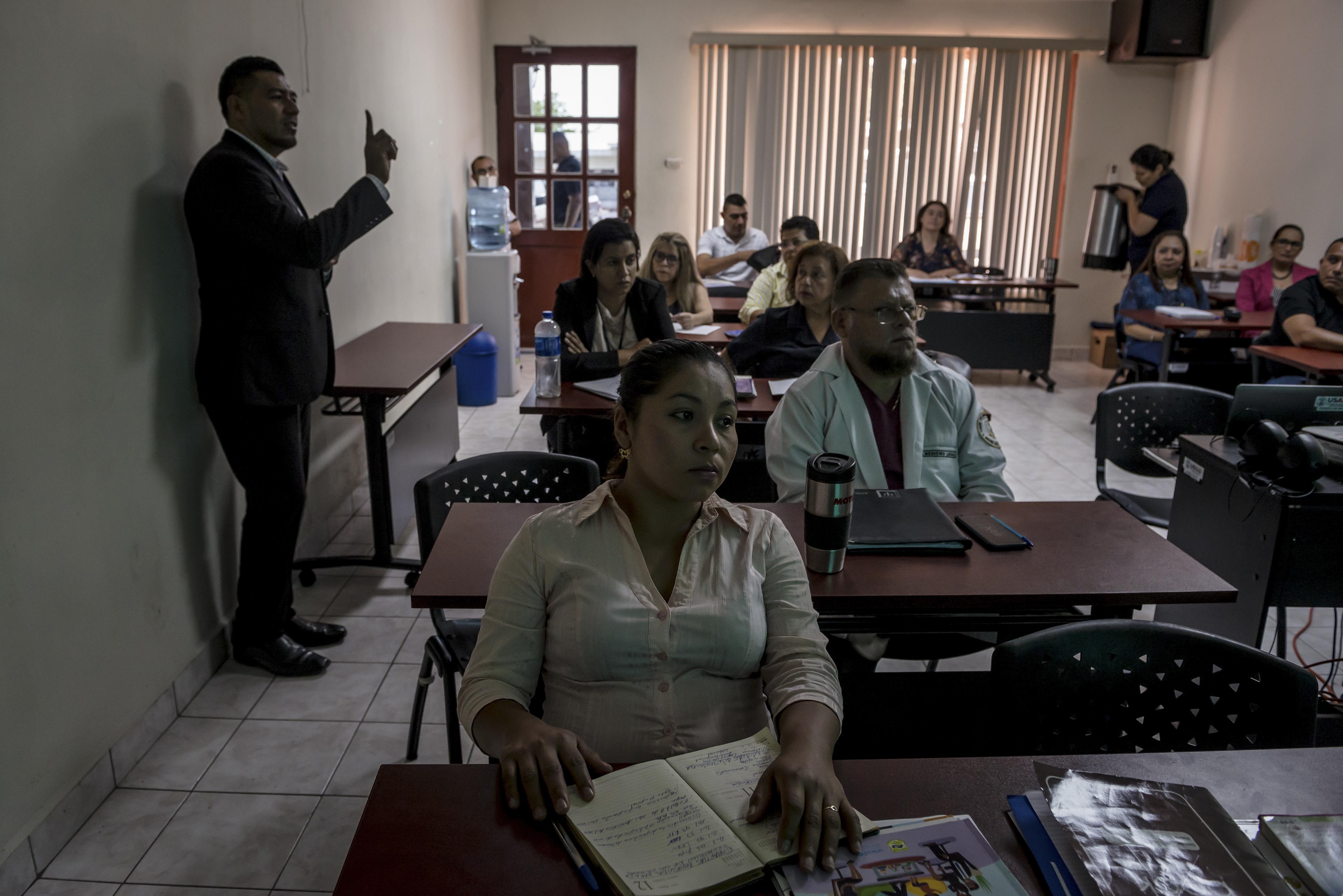 Empleados gubernamentales asistían a una clase sobre protección de víctimas como parte del Programa de Fortalecimiento de la Justicia financiado por Estados Unidos, en Sonsonate, El Salvador, el año pasado. (Meridith Kohut/The New York Times)