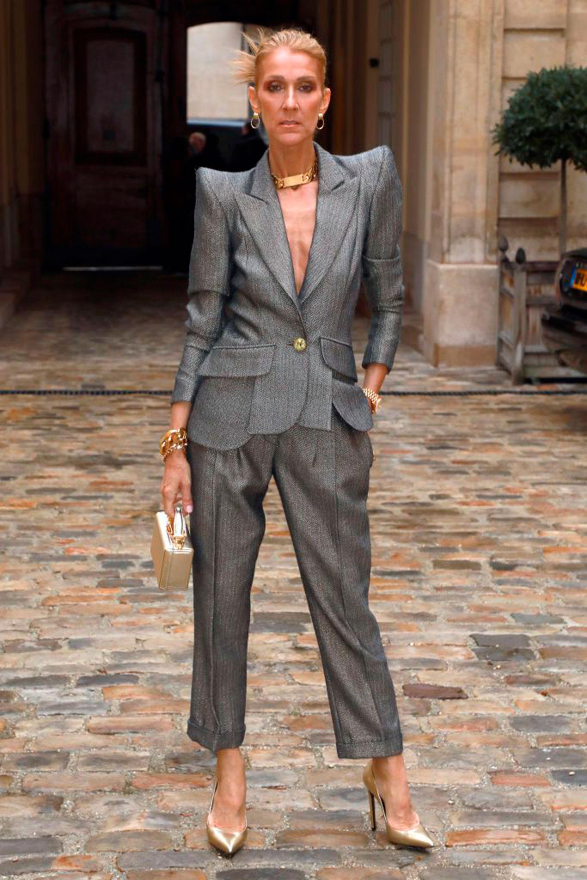 Celine Dion eligió un traje con hombreras para asistir a la semana de la alta costura de París.