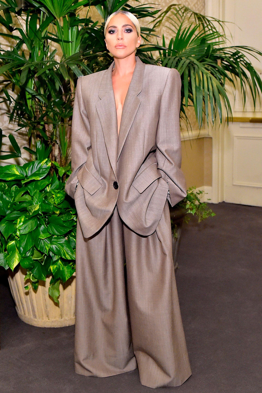 Lady Gaga con un traje oversize de Marc Jacob.