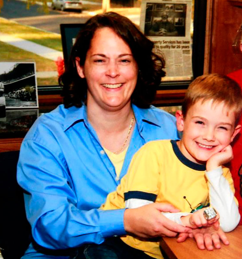 Timmothy junto a su madreAmy Fry-Pitzen.Ella fue hallada sin vida en una habitación de un motel. En una carta de despedida, sugeríaque había entregado al niño a personas de su confianza