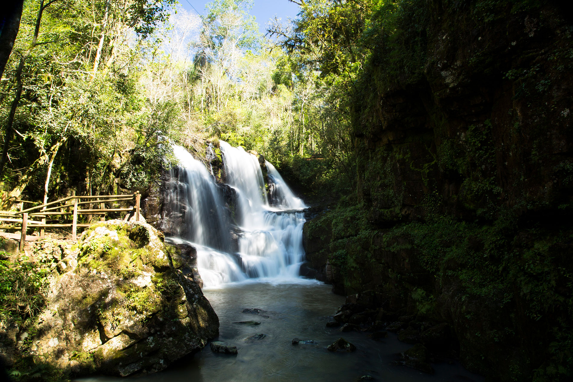 A menudo, lastravesías que se llevan a cabo en la selvaparanaense, la ecorregión que se extiende desde la Serra do Mar, en la costa brasileña, hasta el Este del Paraguay y casi toda la Provincia de Misiones, culminan en los deslumbrantes saltos desus arroyos