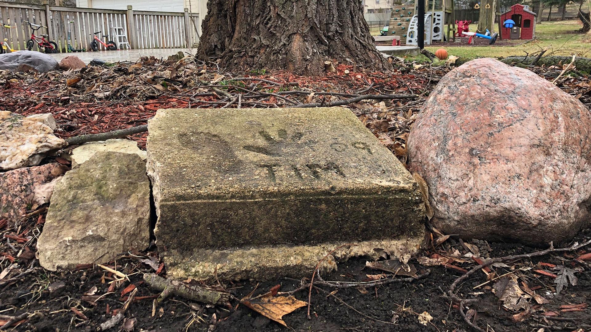 Una losa de concreto en el patio trasero de la casa donde Timmothy Pitzen vivía en Aurora, Illinois, con el nombre de Tim, la huella de la mano y de su pie(Foto AP / Carrie Antlfinger)